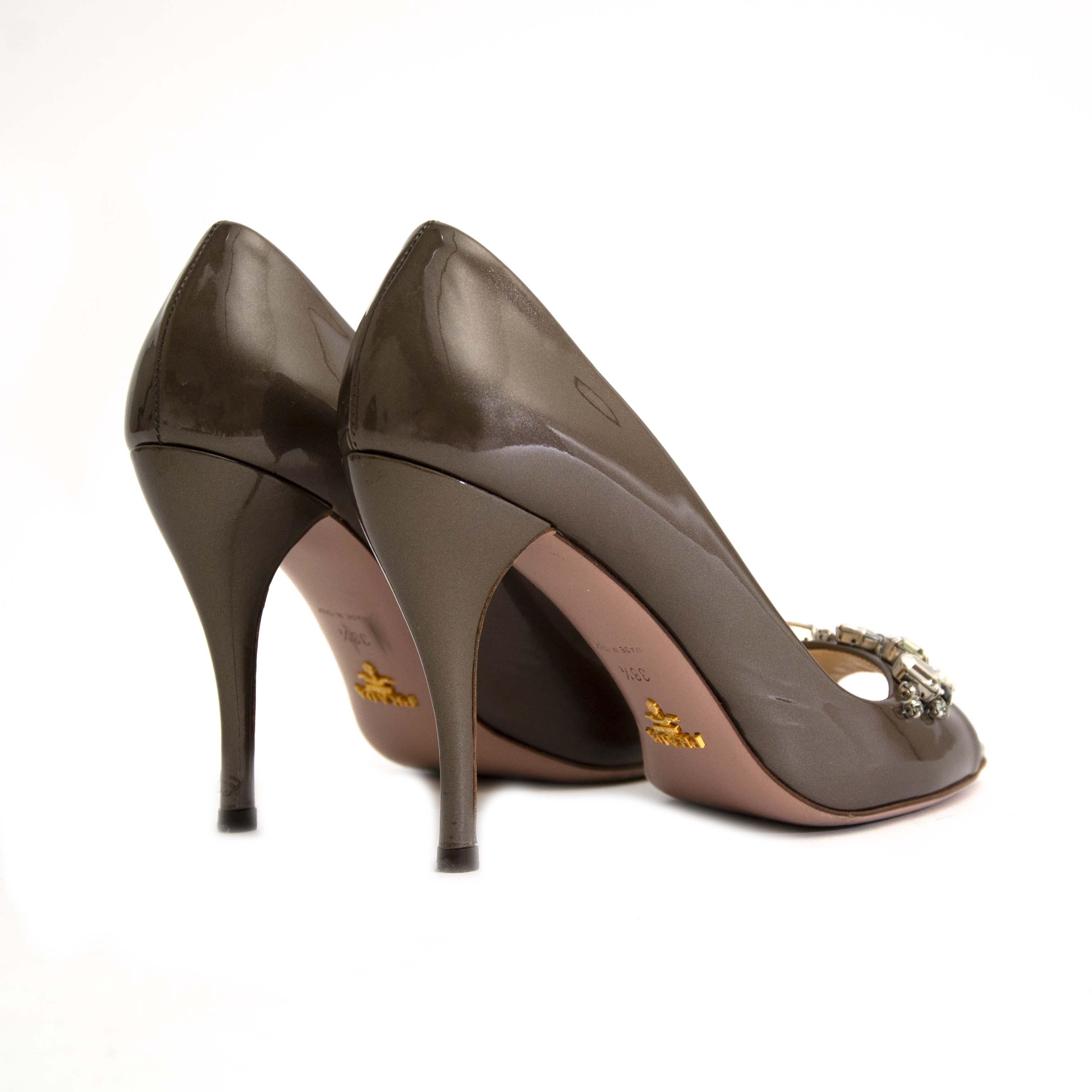 op zoek naar Prada Brown Peep-Toe pumps? Nu te koop bij labellov.com tegen de beste prijs