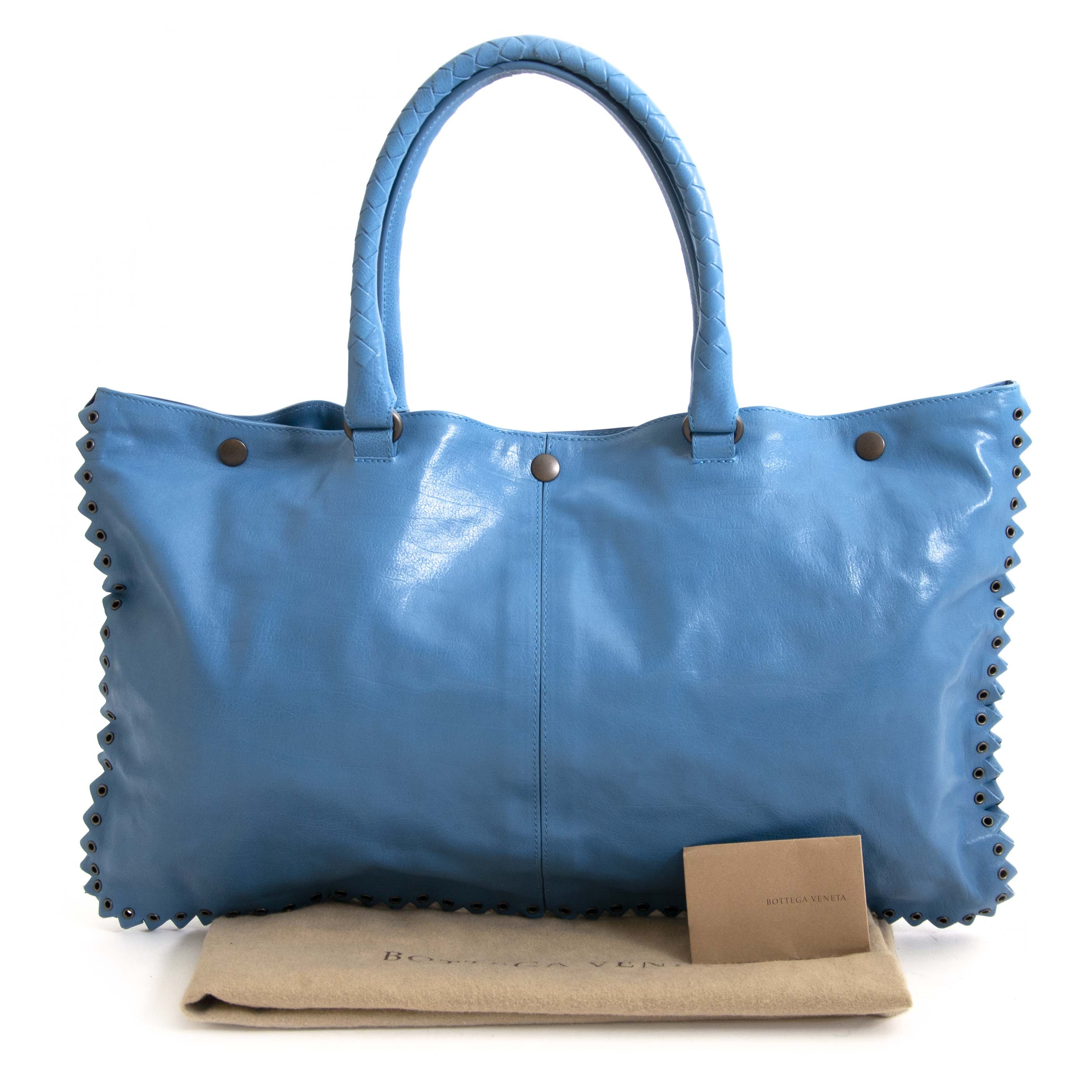 Blue Bottega Veneta Bag with Special Edge Detail. Buy authentic secondhand Bottega Veneta bags at Labellov vintage webshop for the lowest price. Koop authentieke tweedehands Bottega Veneta tassen bij Labellov vintage webshop aan de laagste prijs.