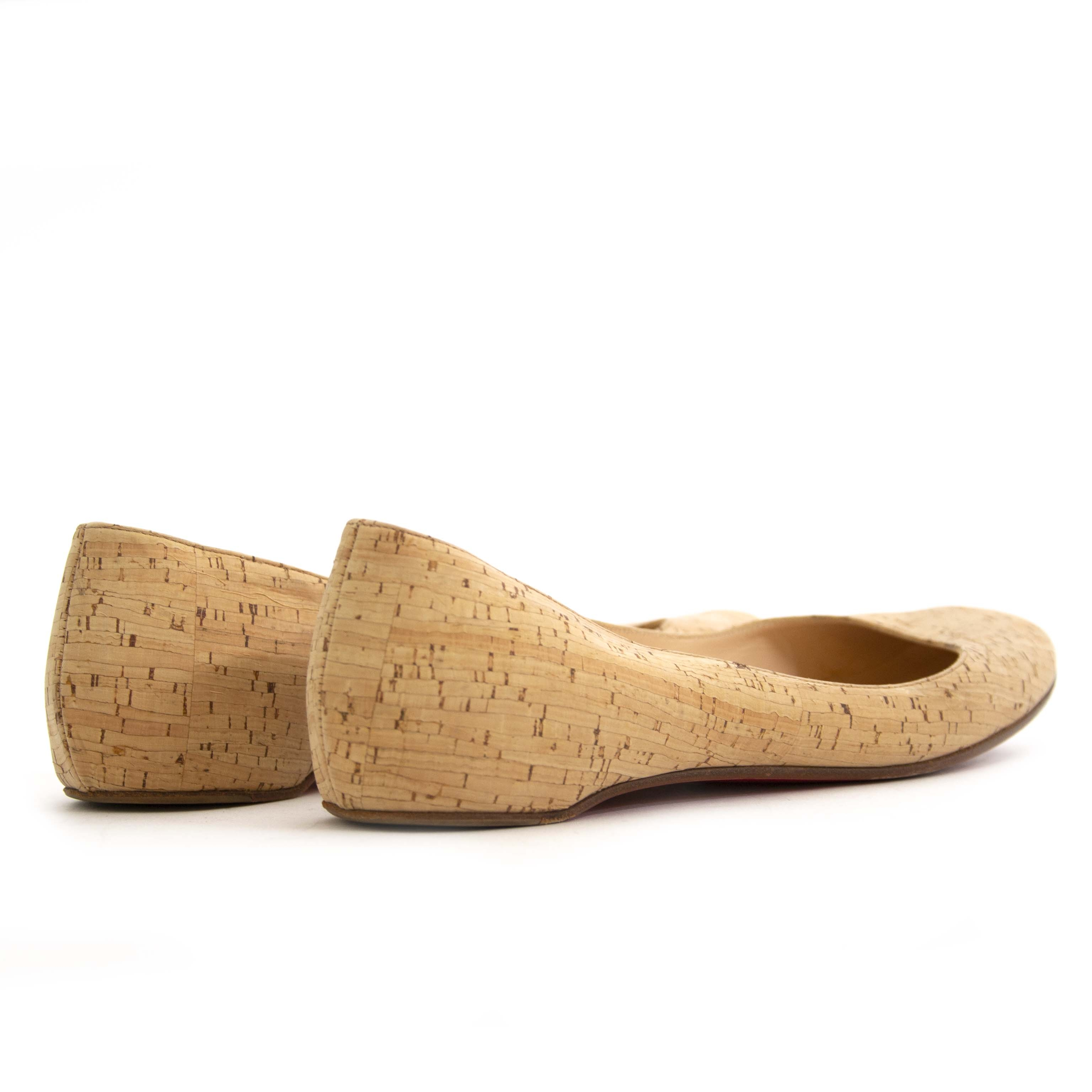 Louboutin Beige Natural Polished Cork Ballerina Flats - Size 38,5.  Now for sale at labellov.com for the best price. Op zoek naar Louboutin Cork Ballerina Flats? Nu te koop bij labellov.com tegen de beste prijs.