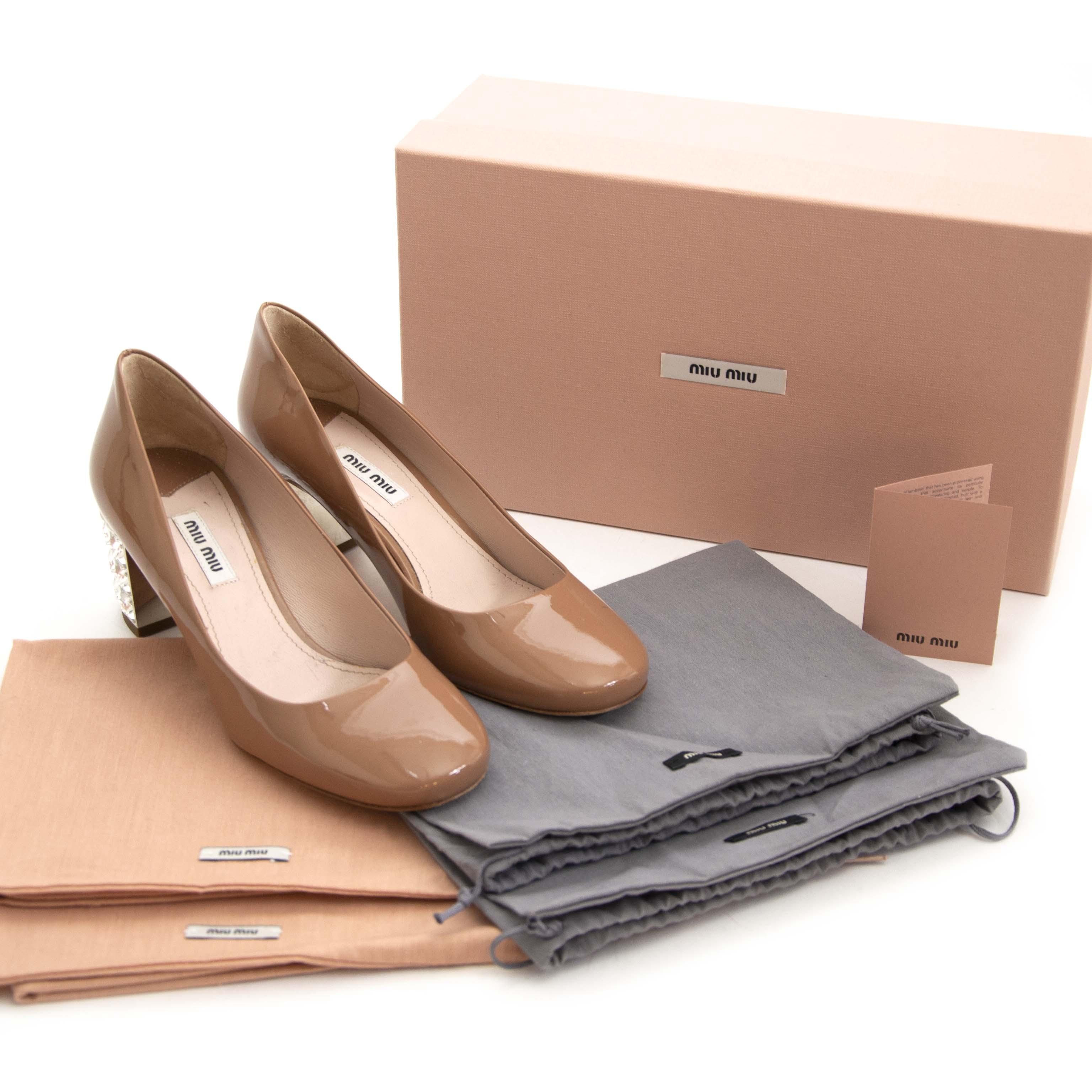 Miu Miu Pink Patent Leather Crystal Heel Pumps - Size 37. Now for sale at labellov.com for the best price. Op zoek naar Miu Miu pumps? Nu te koop bij labellov.com tegen de beste prijs.