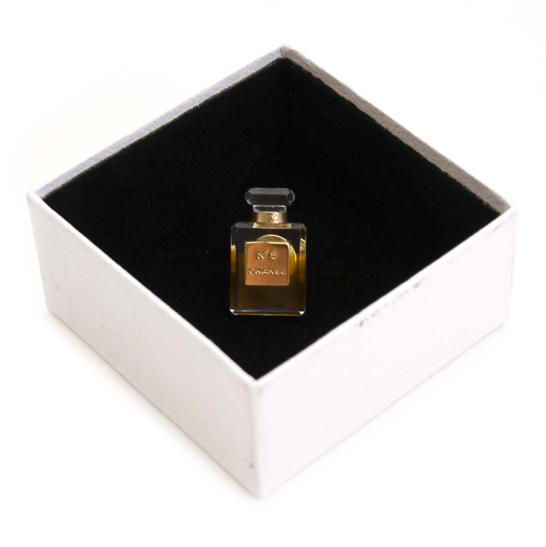 Buy authentic second hand vintage Chanel No. 5 Perfume Bottle  at online webshop LabelLOV. Safe and secure shopping. Koop authentieke tweedehands vintage Chanel No. 5 Perfume Bottle Brooc bij online webshop LabelLOV.