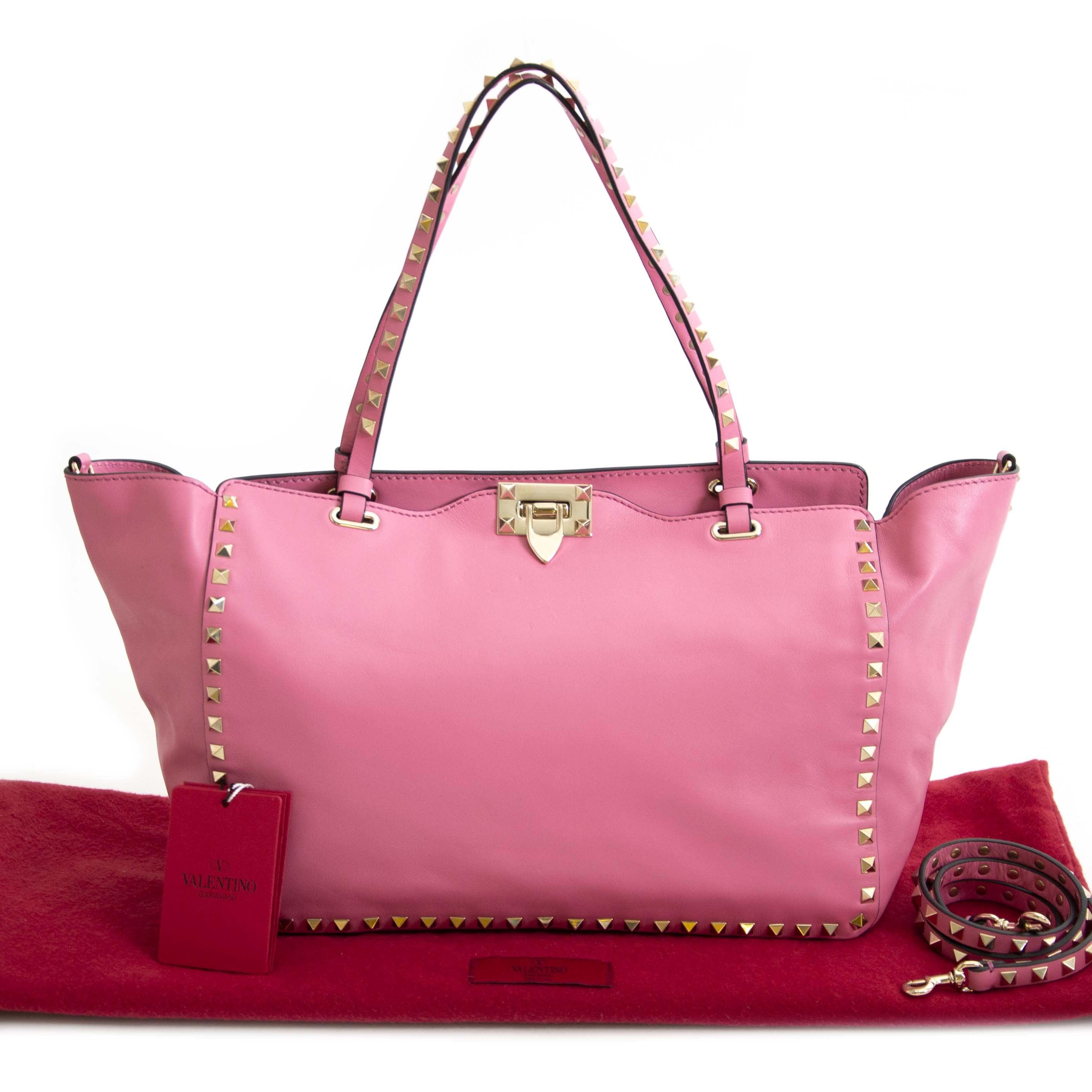 Valentino Pink Rockstud Medium Tote Bag Buy secondhand Valentino bags at Labellov. Safe online shopping at a fair price. Koop tweedehands Valentino handtassen bij Labellov. Veilig online winkelen voor een eerlijke prijs.
