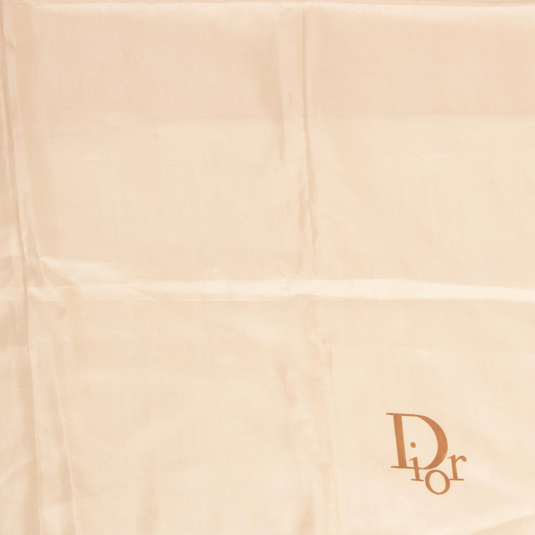 Koop authentieke tweedehands Dior sjaals met de juiste prijs bij LabelLOV.