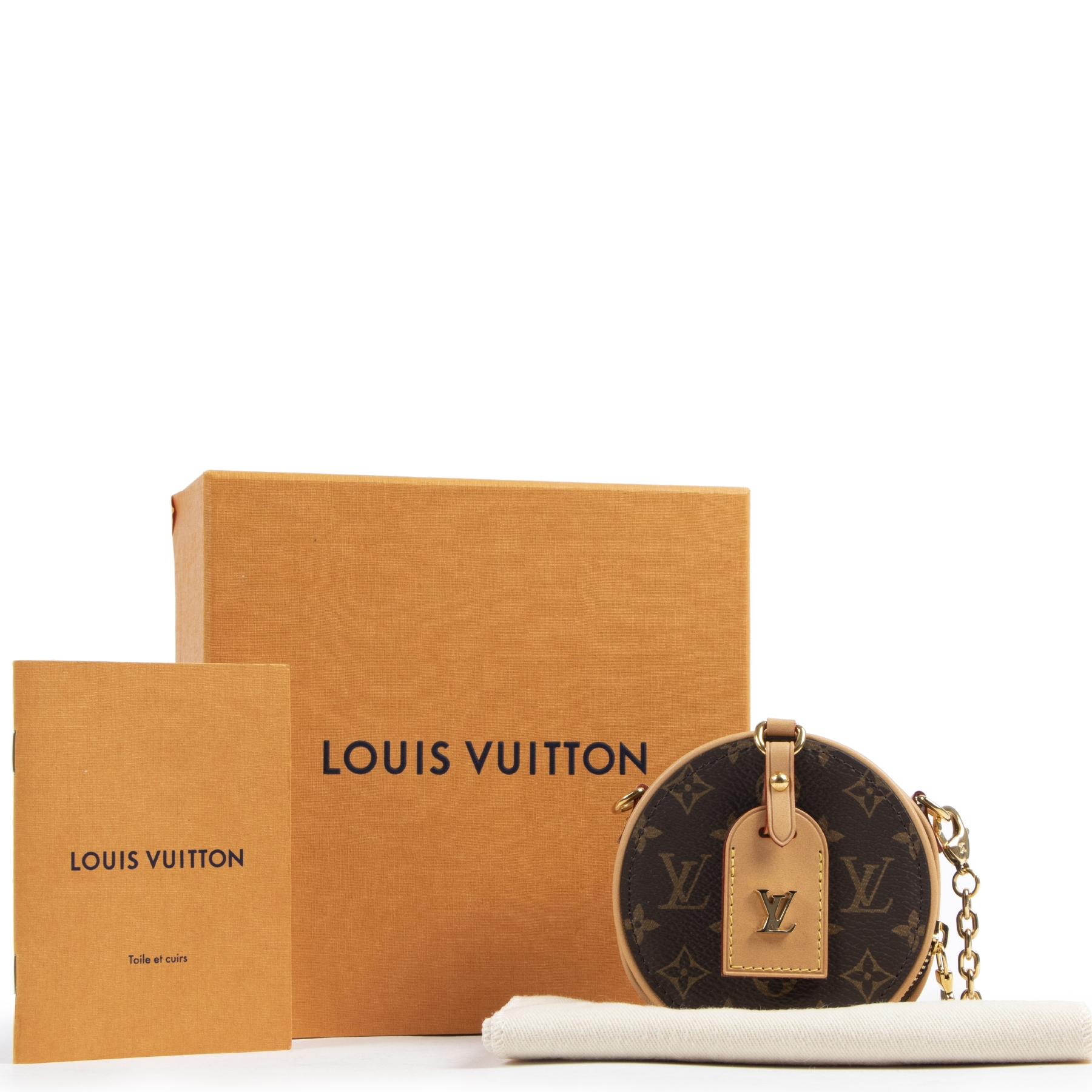 Louis Vuitton Boite Chapeau + Necklace for the best price available online at Labellov secondhand