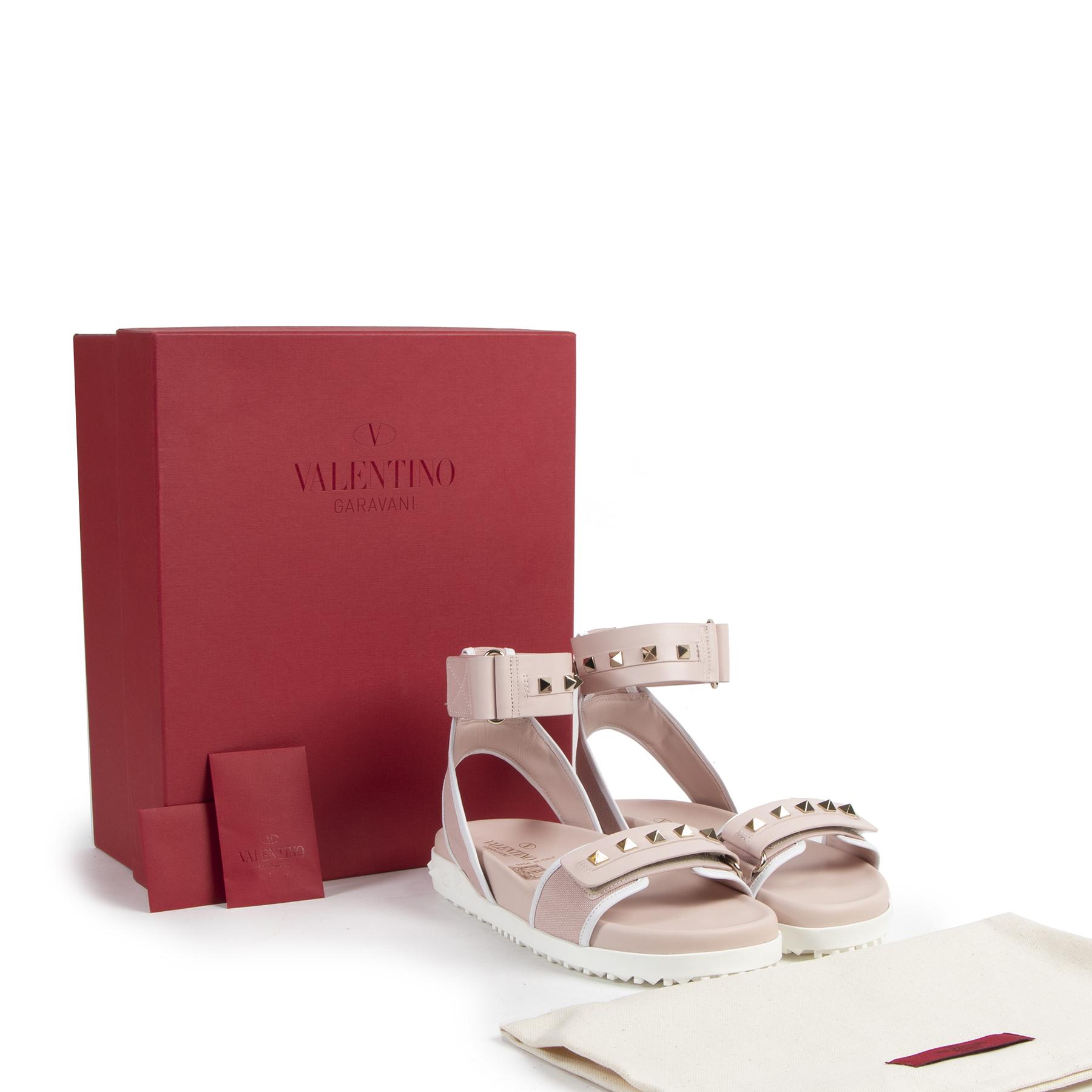 Valentino Garavani Rockstud Pink Sandals pour le meilleur prix chez Labellov à Anvers