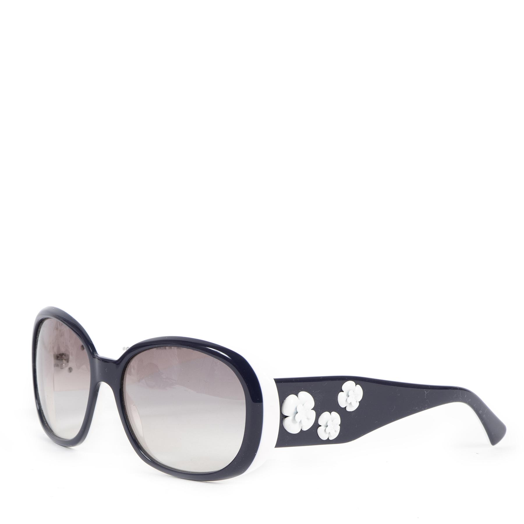 Authentieke Tweedehands Chanel White Blue Frame Camellia Flower Sunglasses juiste prijs veilig online shoppen luxe merken webshop winkelen Antwerpen België mode fashion