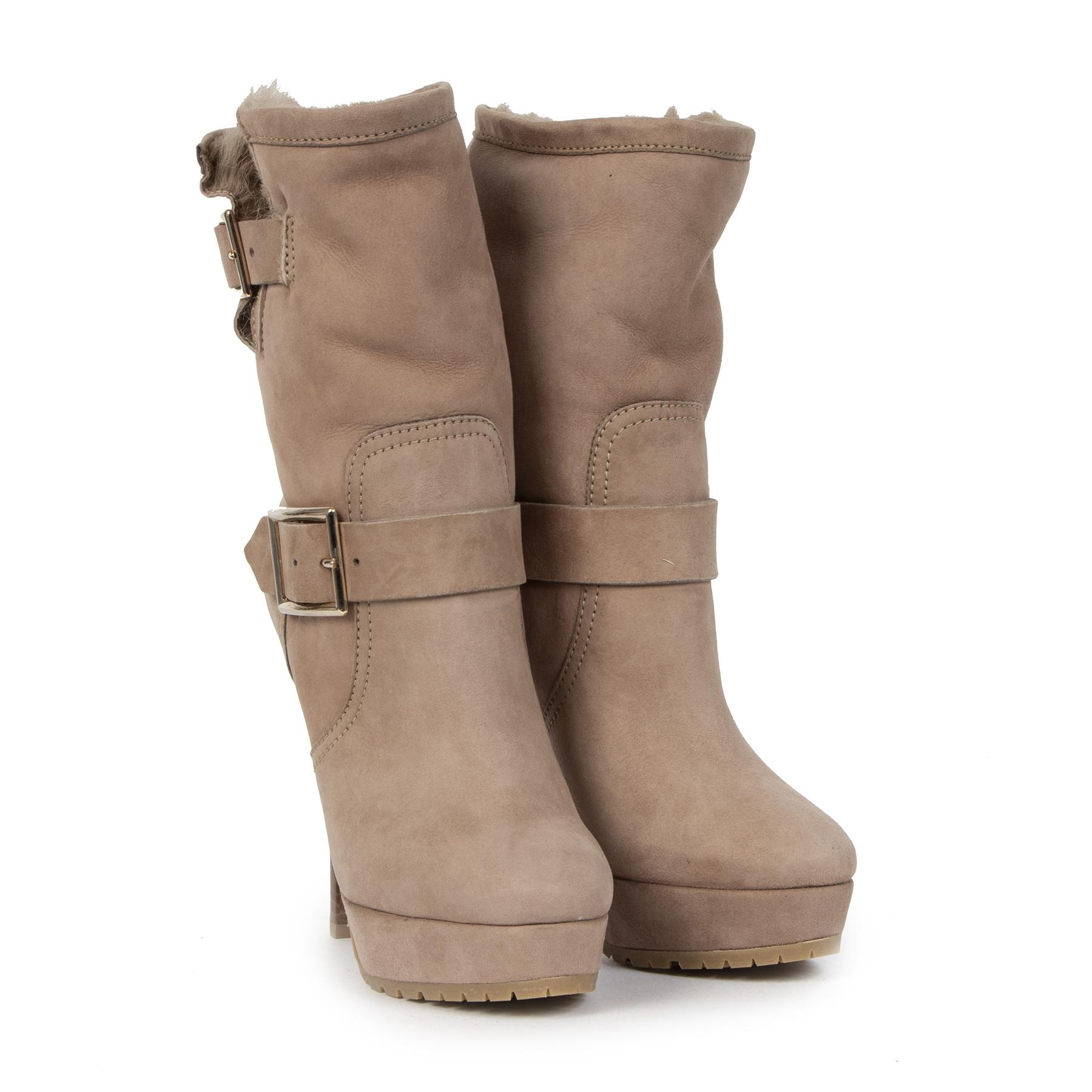 Jimmy Choo Beige Suede Shearling Dylan Boots Size 36 te koop bij Labellov
