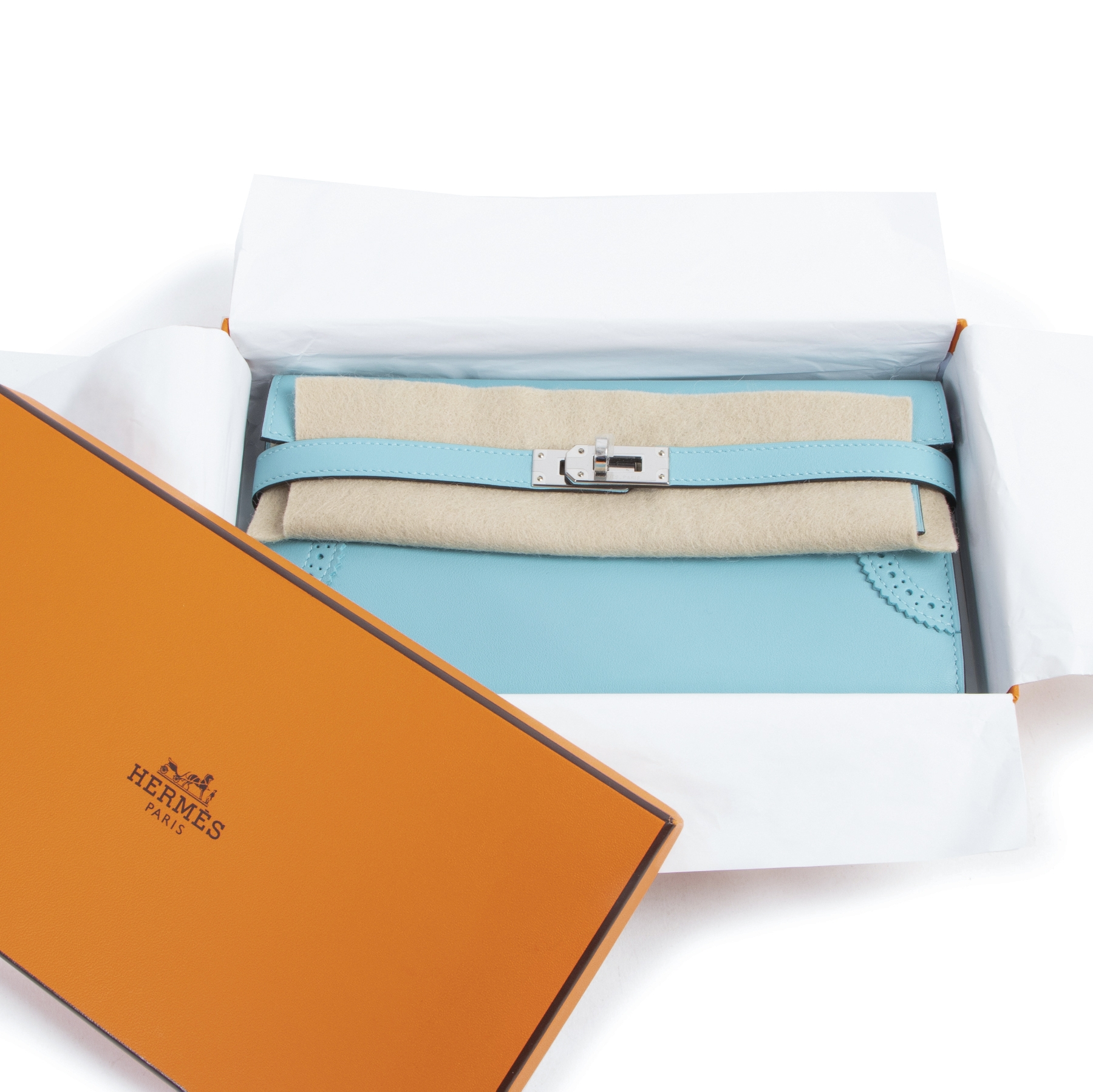 New Hermès Kelly Ghillies portefeuille with beautiful broguing detail on the front.  The wallet is made in charming Blue Atole. A bright and playful color that is enhanced by the smooth surface of the Swift leather.   It comes with invoice and in its orig