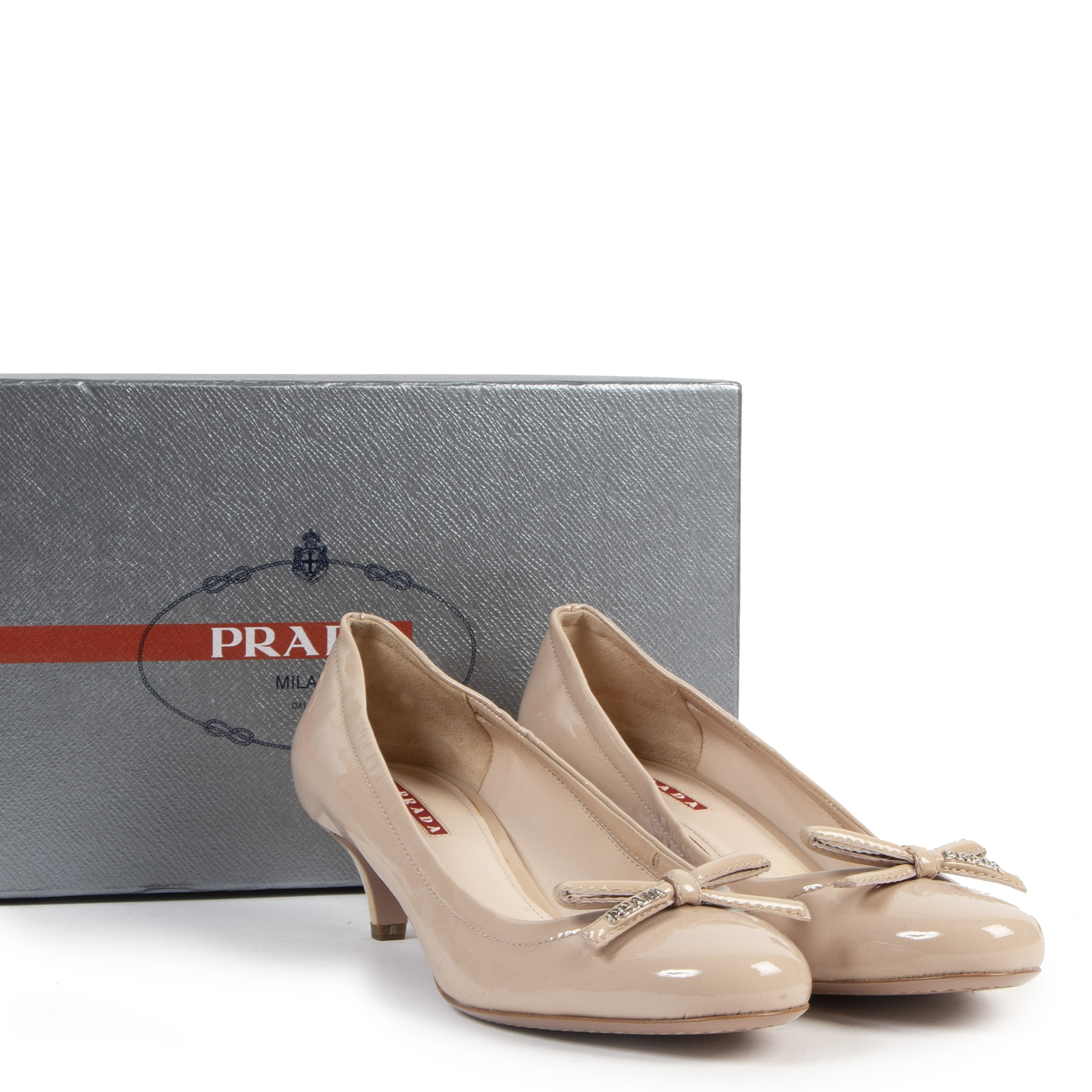 Authentic secondhand Prada Nude Sport Patent Leather Bow Kitten Heel - Size 38,5 designer shoes pumps fashion luxury vintage webshop safe secure online shopping