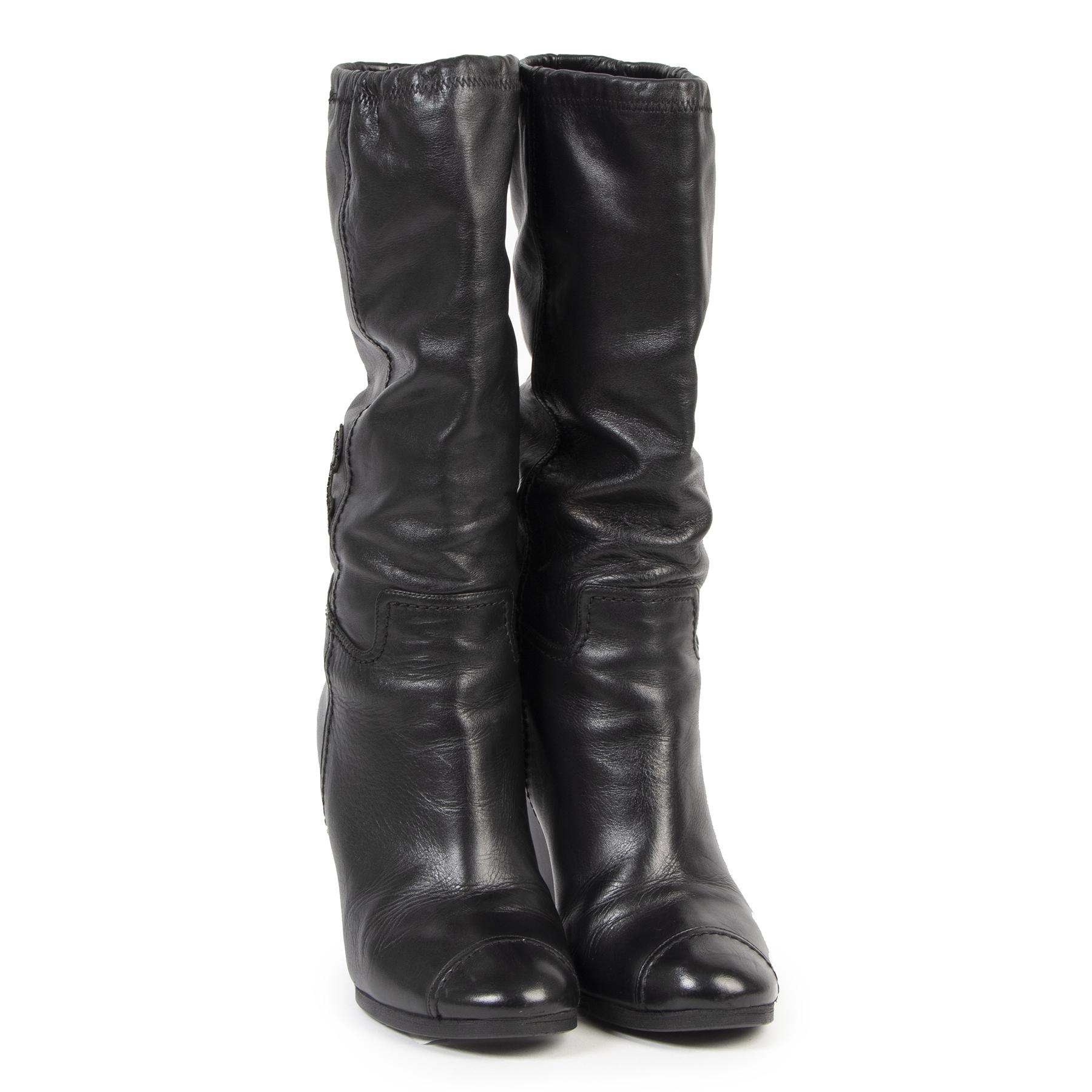Chanel Black Wedge Boots kopen en verkopen aan de beste prijs bij Labellov