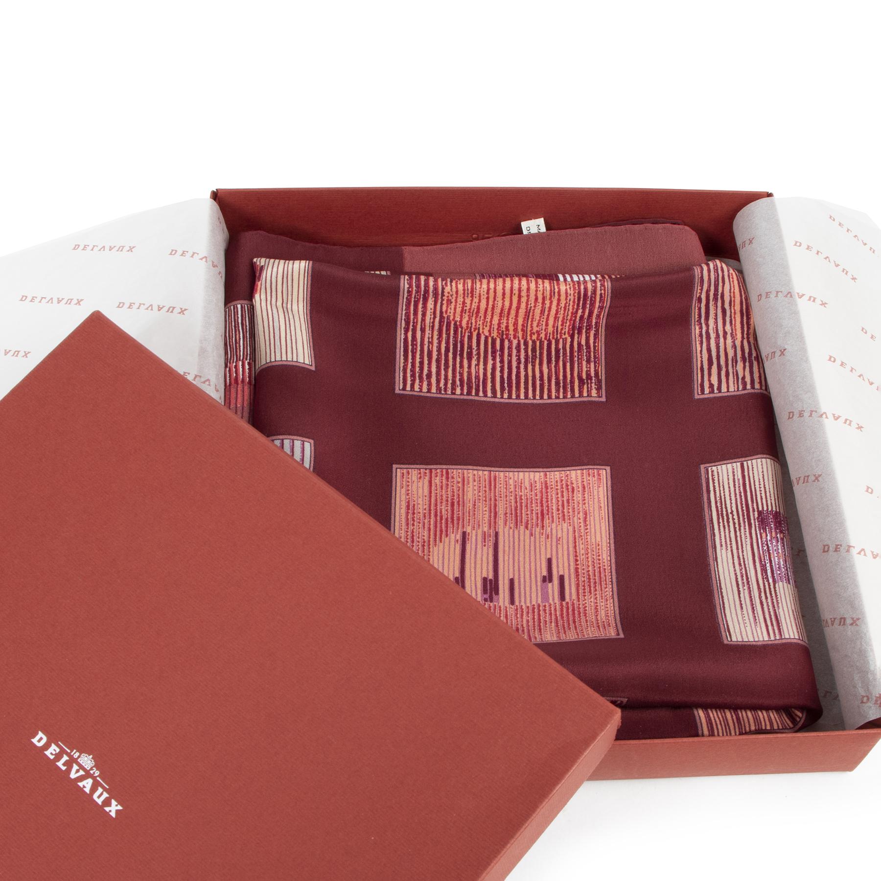 Bent u op zoek naar een authentieke Delvaux Red Silk Carre Scarf