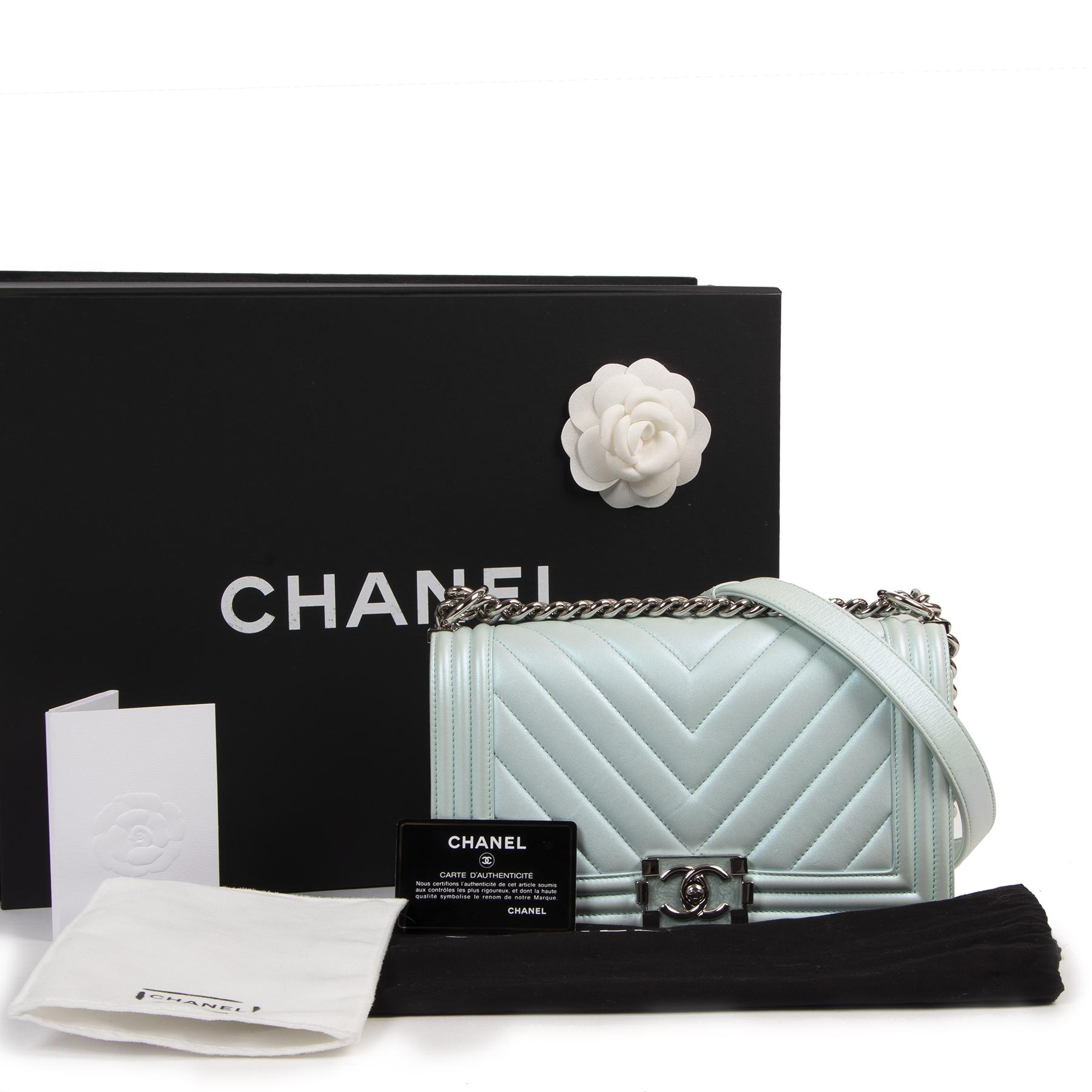 Authentieke Tweedehands Chanel Metallic Light Blue Lambskin Chevron Quilted Medium Boy Flap juiste prijs veilig online shoppen luxe merken webshop winkelen Antwerpen België mode fashion