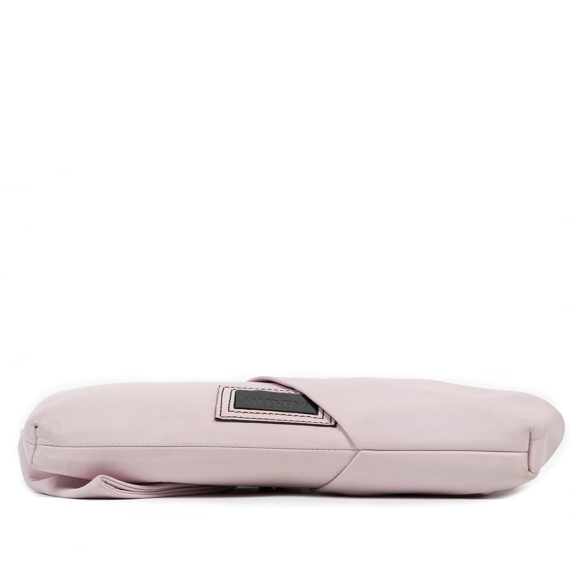 Authentique seconde-main vintage Valentino Pastel Pink Bow Leather Clutch achète en ligne webshop LabelLOV
