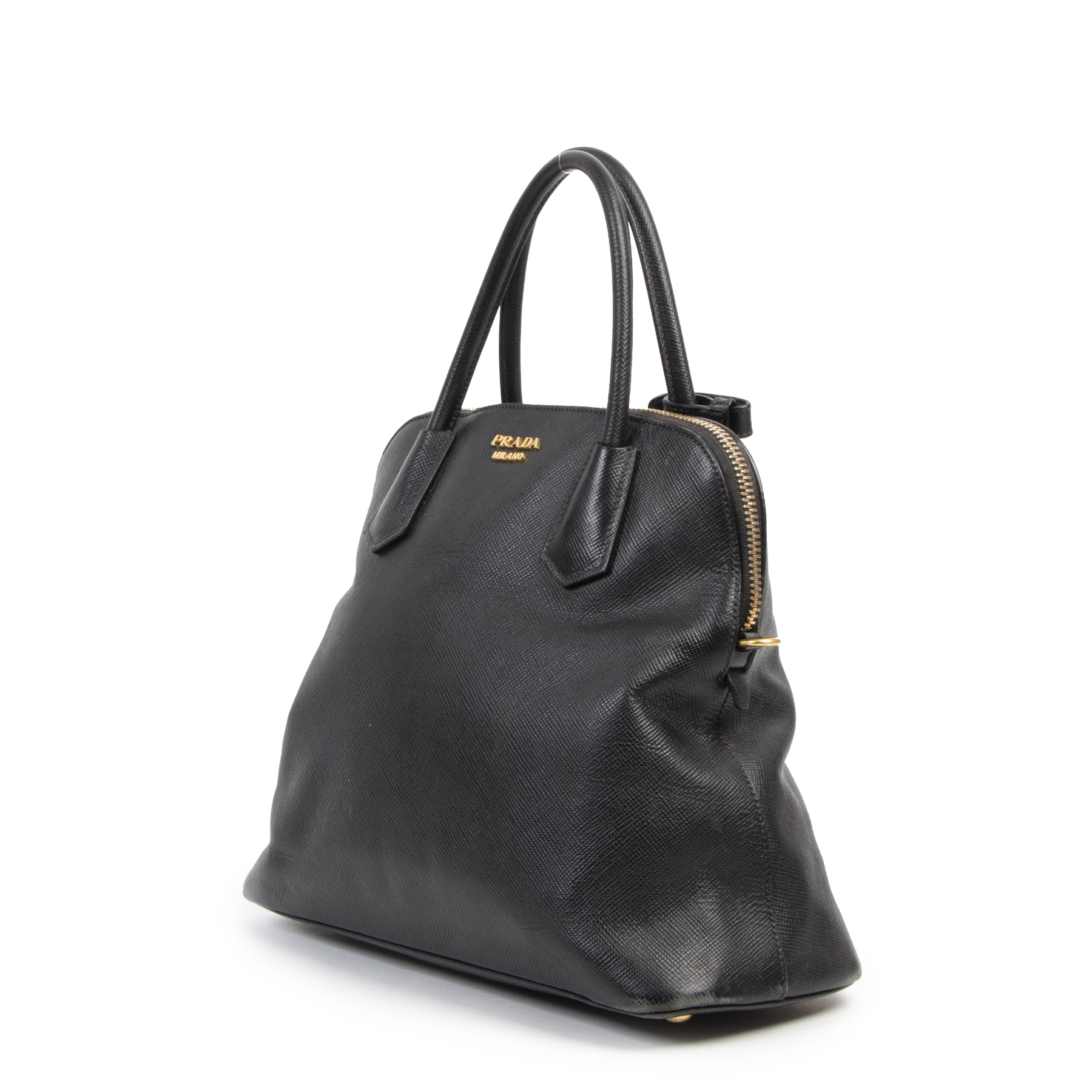 Buy authentic secondhand Prada Black Saffiano Leather Dome Top Handle Bags at the right price at LabelLOV vintage webshop. Safe and secure online shopping. Koop authentieke tweedehands Prada Black Saffiano