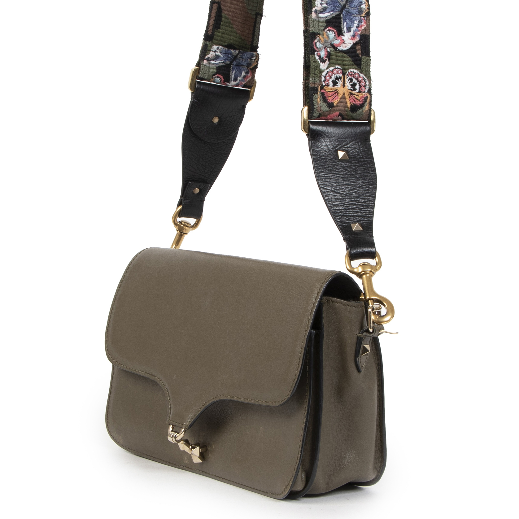 Buy authentic secondhand Valentino Garavani Olive Leather Butterfly Camo Strap Cross Body Bag at the right price at LabelLOV vintage webshop. Safe and secure online shopping. Koop authentieke tweedehands Valentino Garavani Olive Leather Butterfly Camo Str