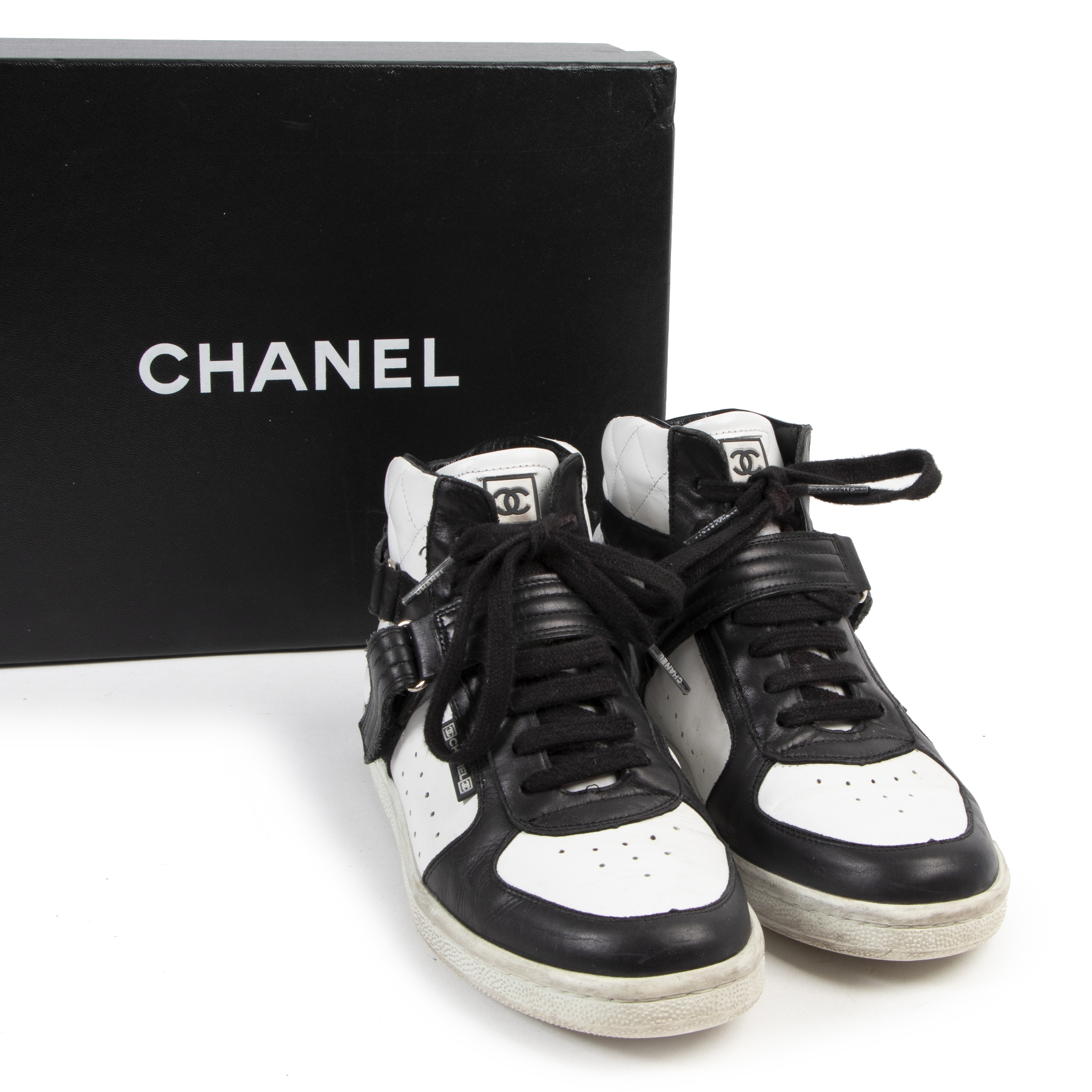 Buy authentic second hand Chanel shoes with right price at LabelLOV.