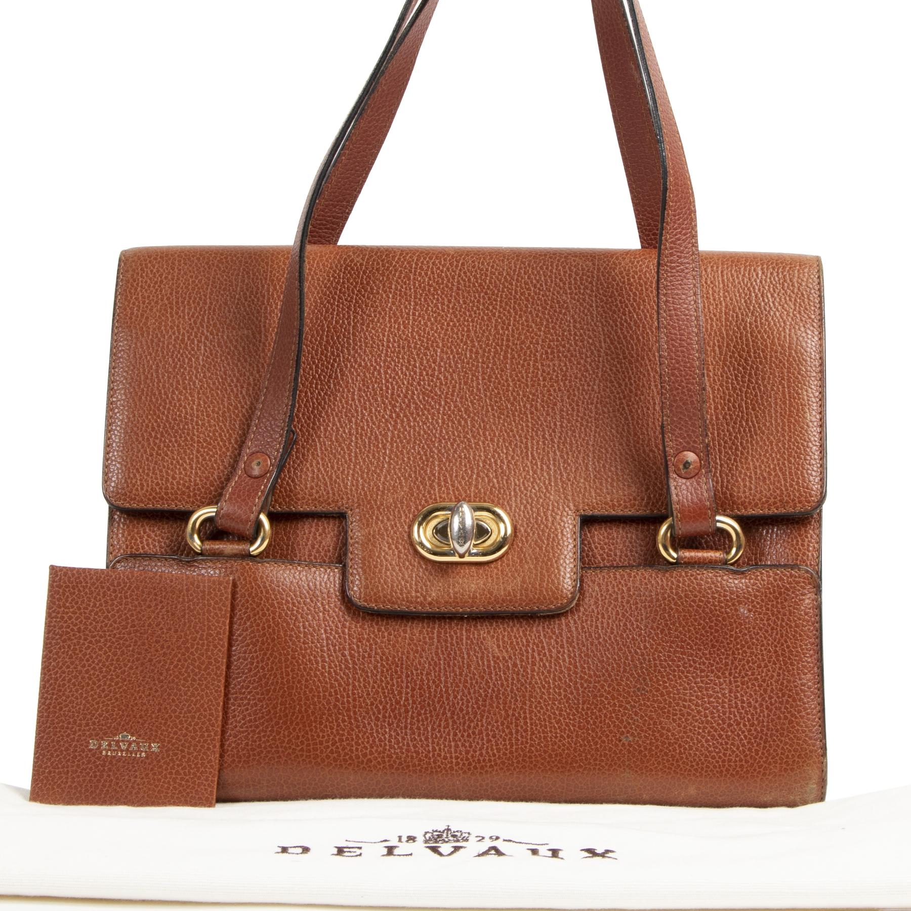 Delvaux Brown Shoulder Bag. Authentieke tweedehands Delvaux handtassen bij LabelLOV Antwerpen. Authentique seconde-main luxury en ligne webshop LabelLOV. Authentic preloved Delvaux handbags at LabelLOV Antwerp.