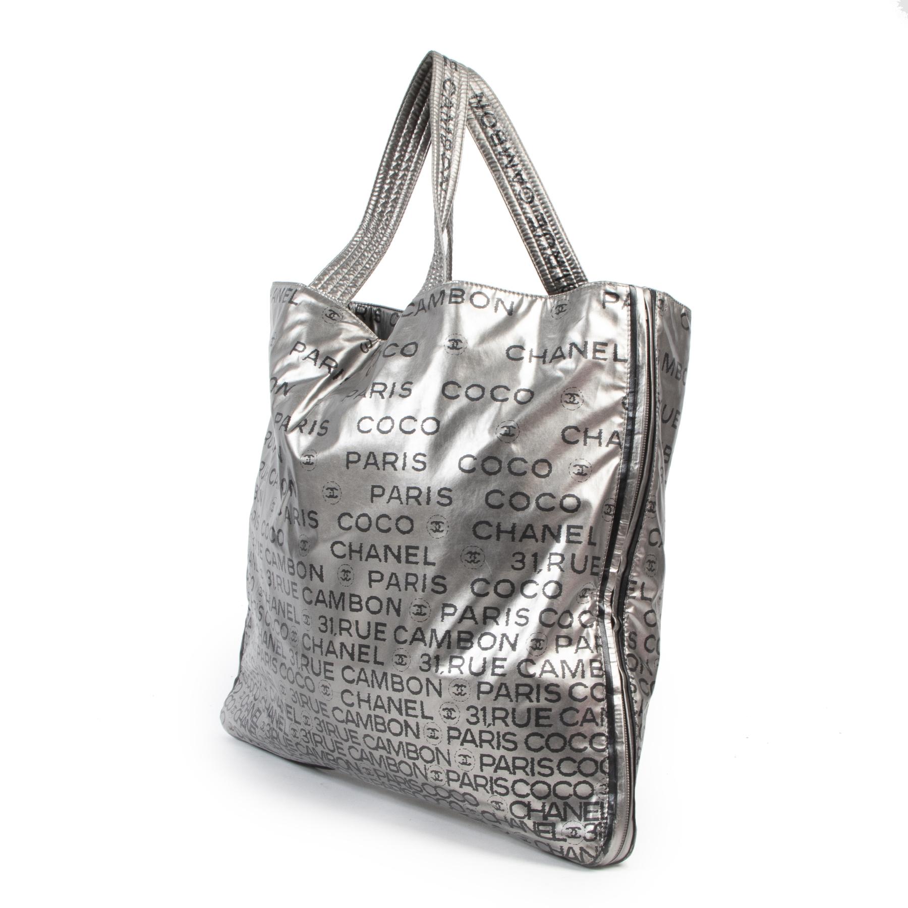 Chanel Silver Metallic 31 Rue Cambon Tote Bag. Authentieke tweedehands Chanel handtassen bij LabelLOV Antwerpen. Authentique seconde-main luxury en ligne webshop LabelLOV. Authentic preloved Chanel handbags at LabelLOV Antwerp.