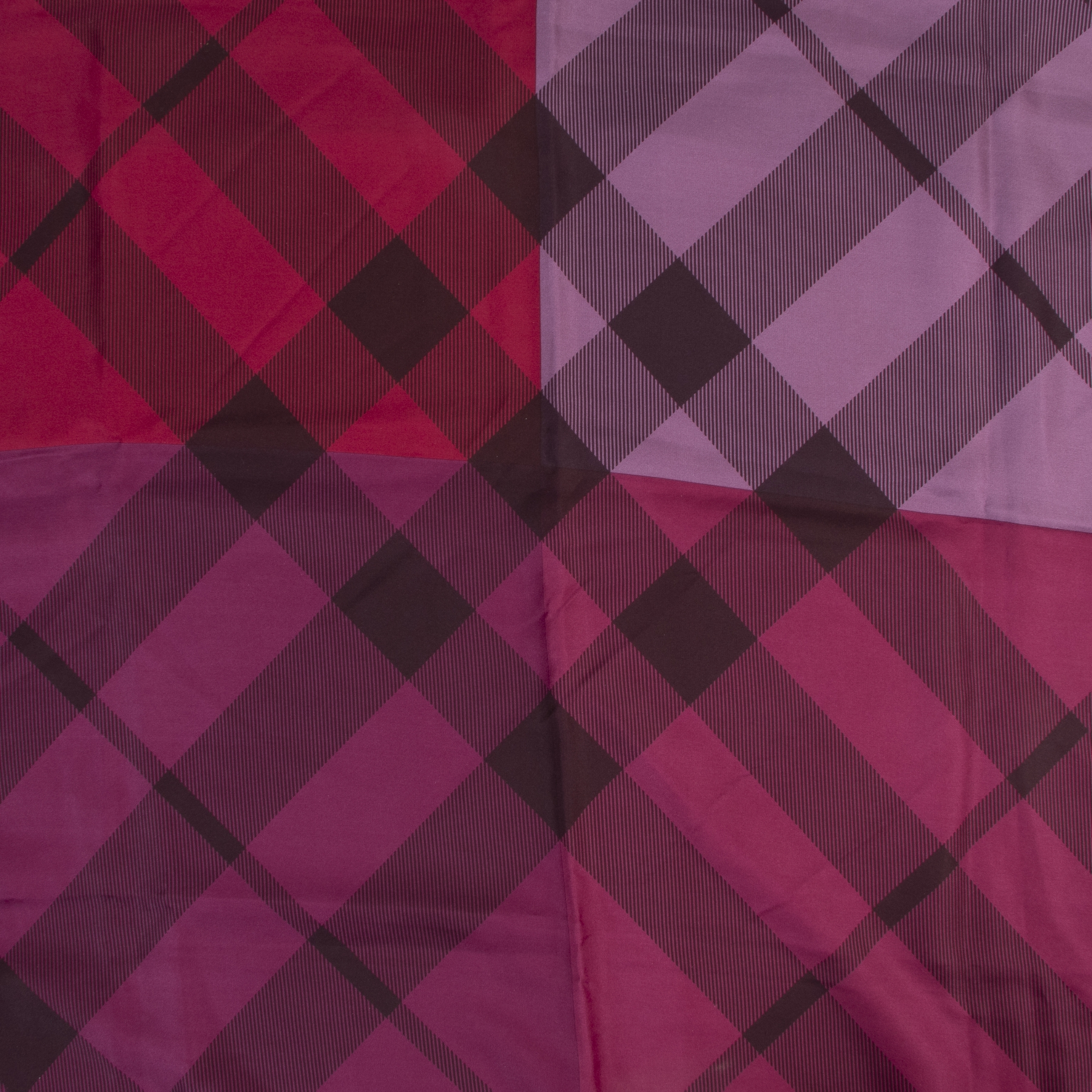 Online tweedehands sjaals van Burberry designer vintage purple check pattern. Betaal veilig en online bij LabelLOV Antwerpen.
