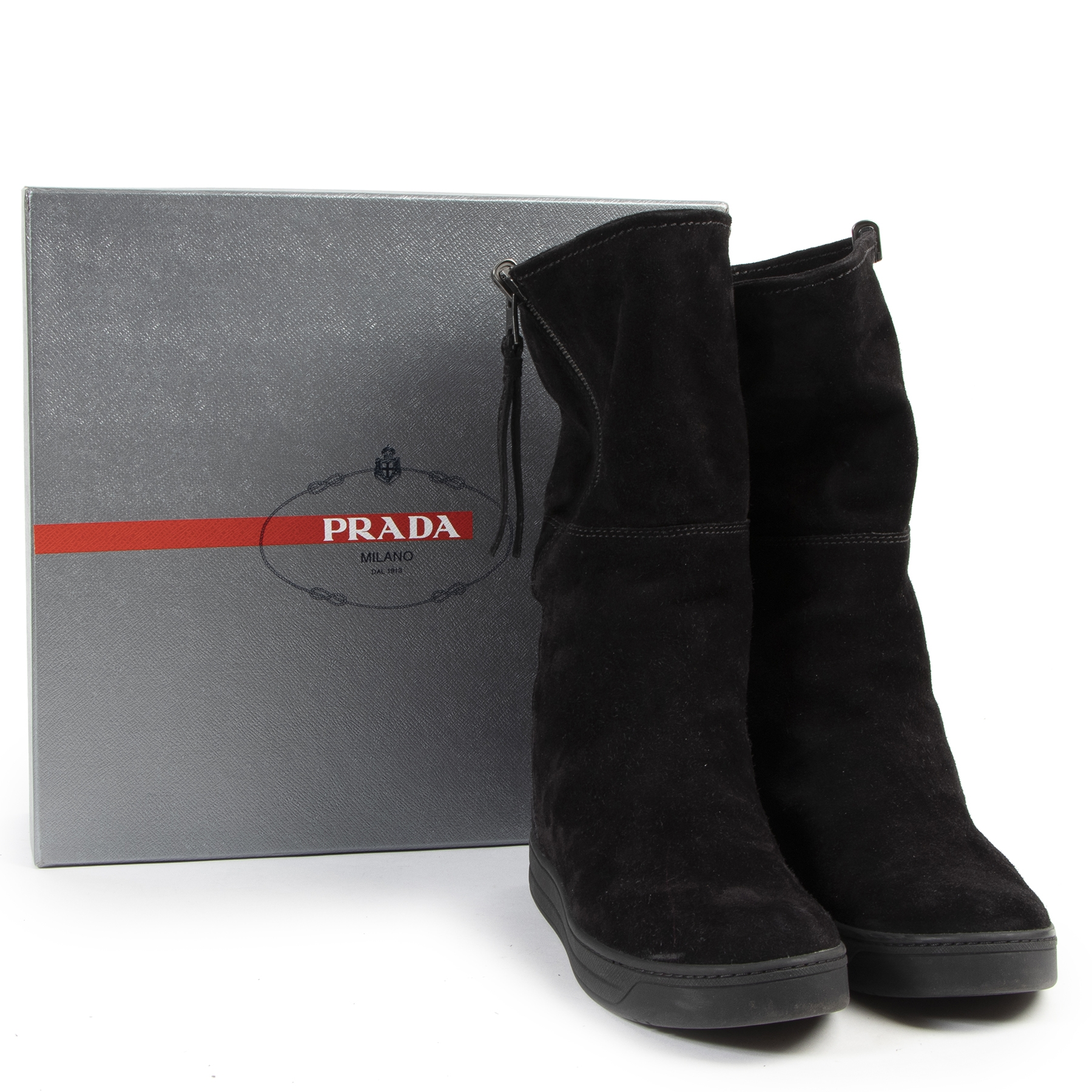 Prada Black Suede Boots - size 37.5 pour le meilleur prix chez Labellov à Anvers Belgique