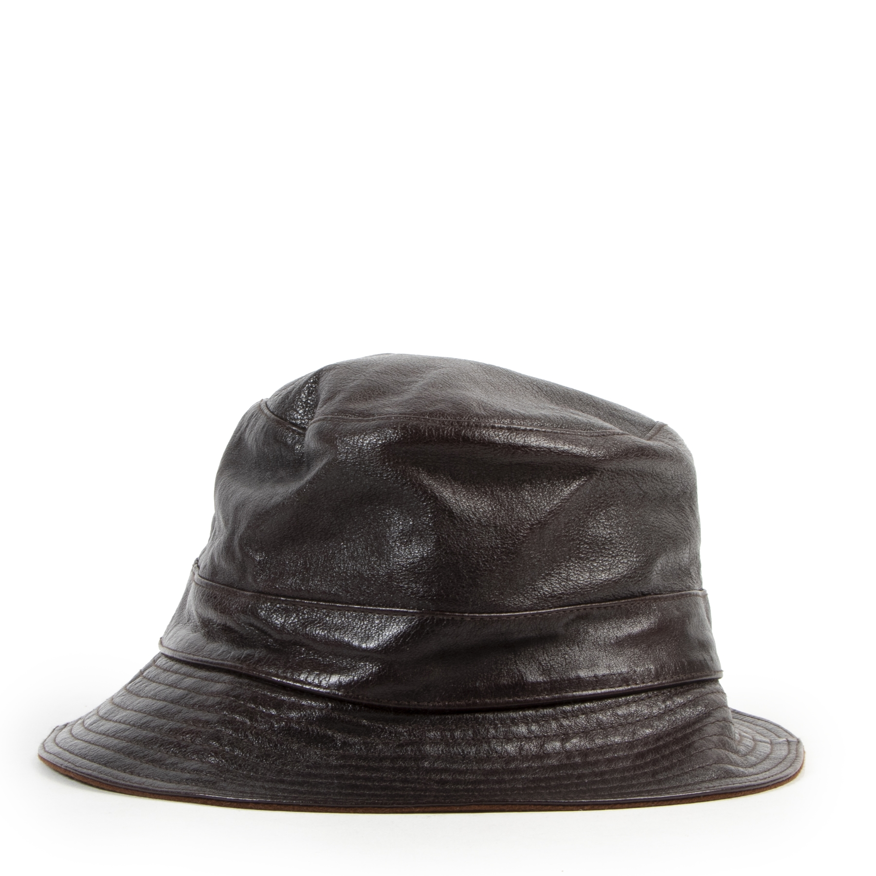 Buy this authentic second-hand vintage Hèrmes Brown Leather Bucket Hat at online webshop LabelLOV. Safe and secure shopping. Koop deze authentieke tweedehands vintage Hèrmes Brown Leather Bucket Hat bij online webshop LabelLOV.