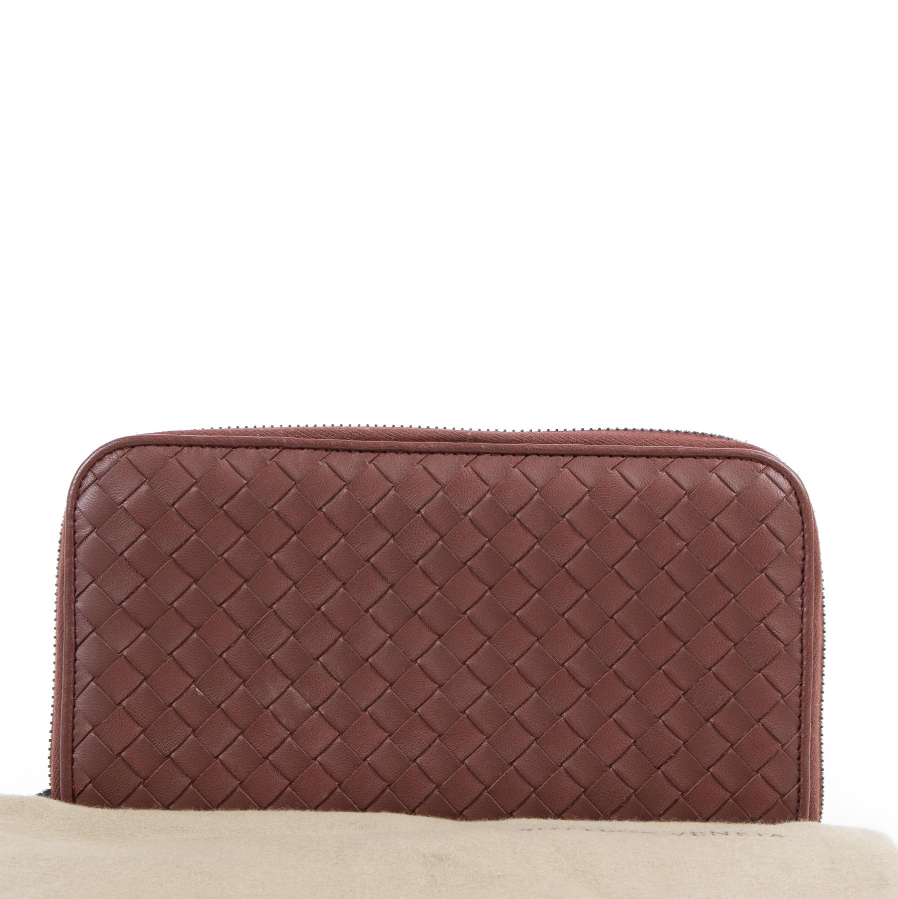 koop online tegen de beste prijs Bottega Veneta Bordeaux Zip-Around Wallet