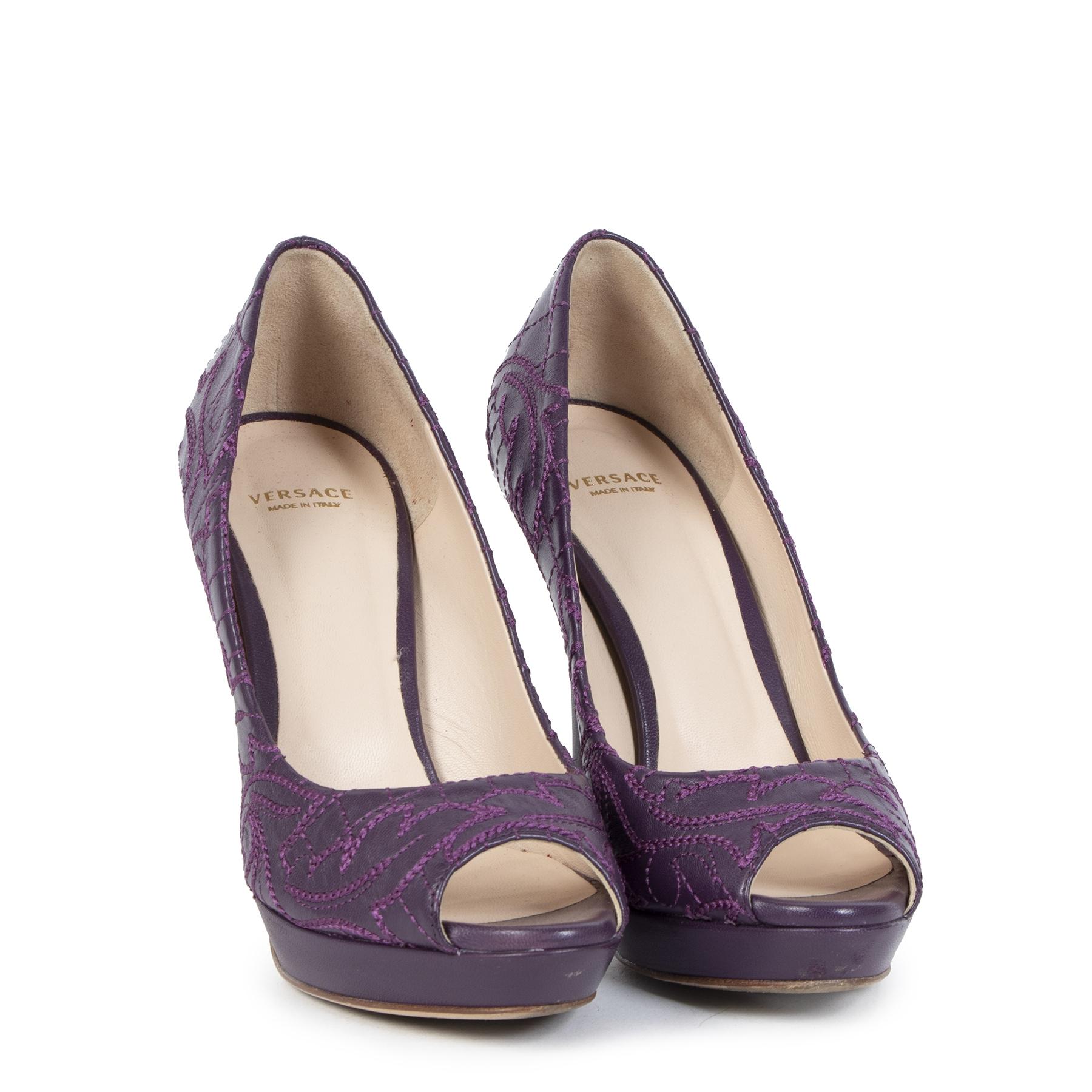 Koop tweedehands Versace Purple Embroidered Leather Peep Toe Platform Pumps - Size 37 aan de juiste prijs in alle veiligheid online bij LabelLOV Antwerpen België