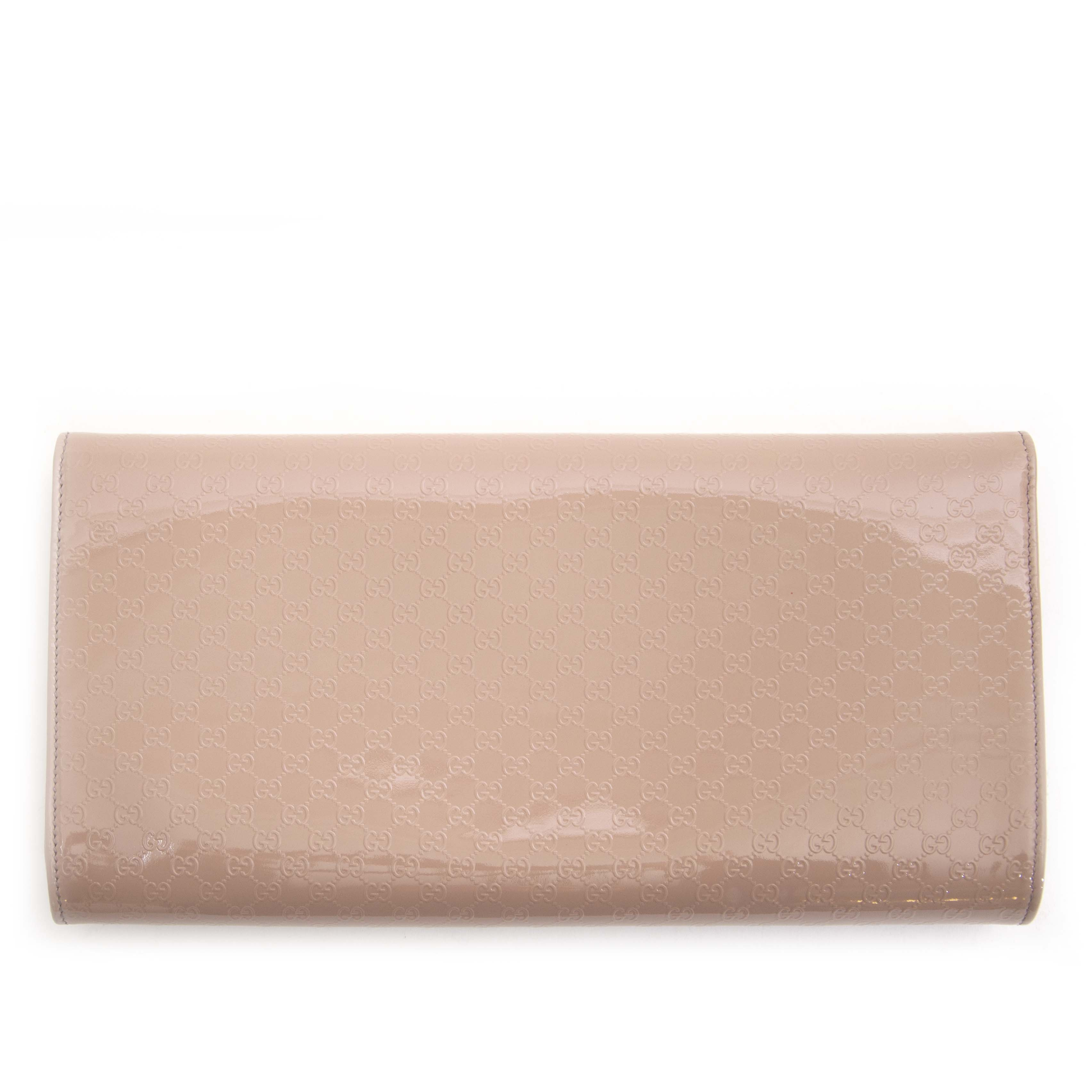 Gucci Nude Micro Guccissima Patent Broadway Clutch Buy secondhand Gucci bags at Labellov. Safe online shopping at a fair price. Koop tweedehands Gucci handtassen bij Labellov. Veilig online winkelen voor een eerlijke prijs.
