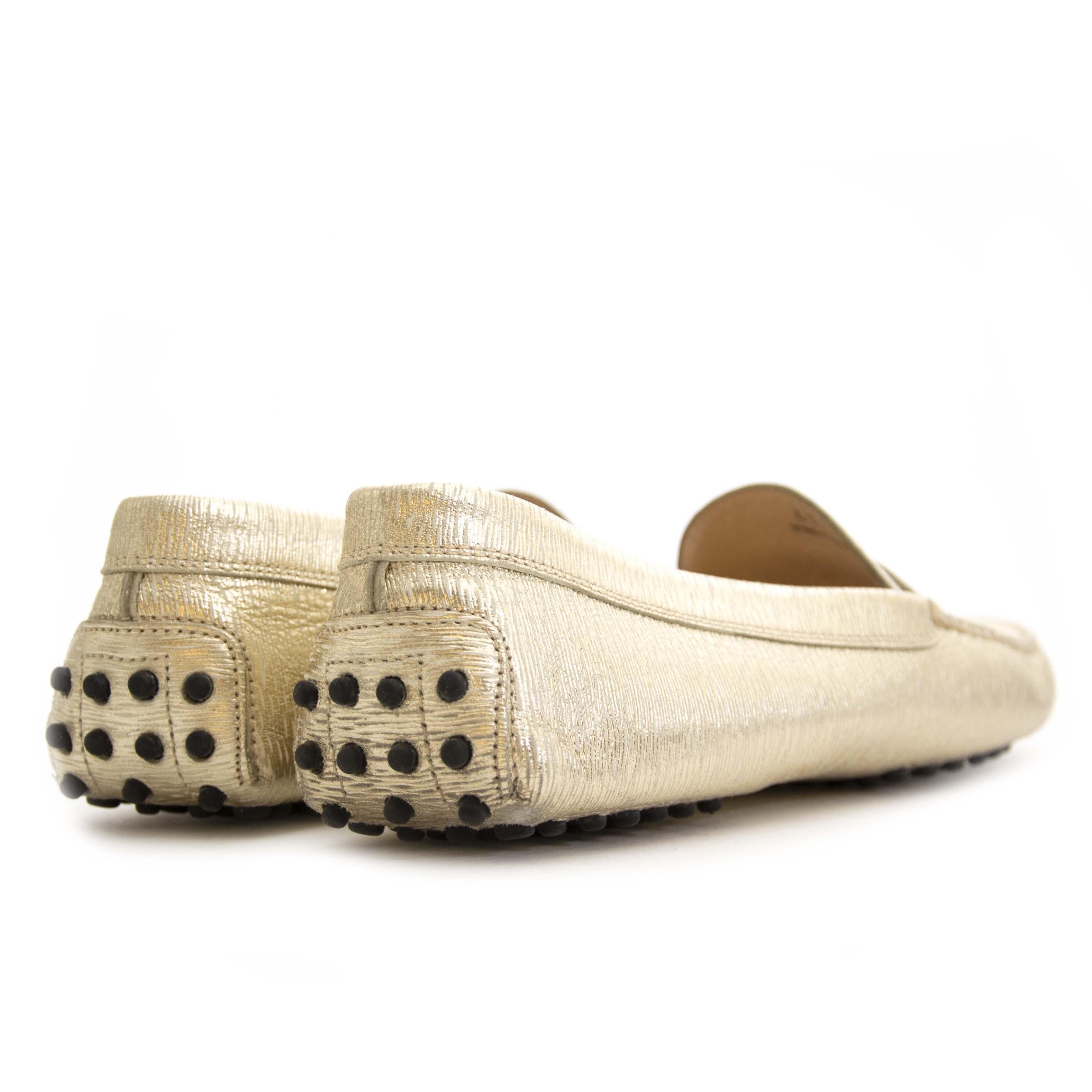 Tod's Metallic Gold Gommino Loafers - Size 41 Buy secondhand Tod's shoes at Labellov. Safe online shopping at a fair price. Koop tweedehands Tod's schoenen bij Labellov. Veilig online winkelen voor een eerlijke prijs.