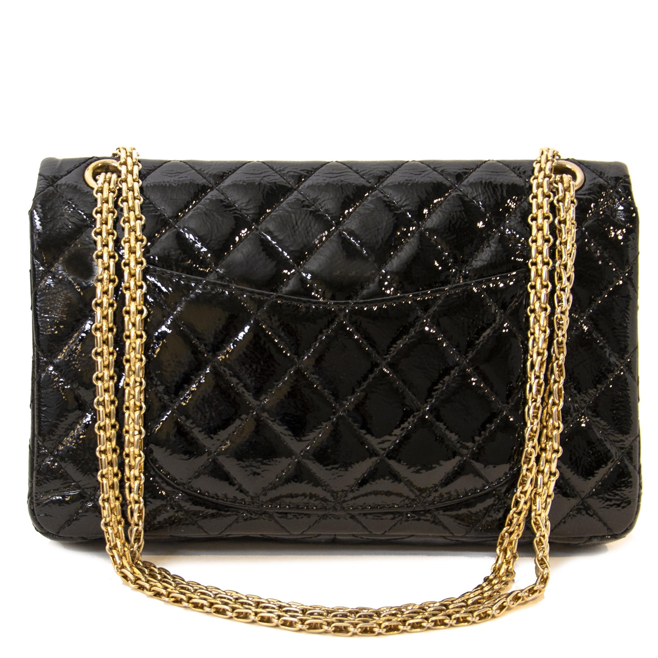 de555b45d57c Koop een auhtentieke Chanel Black Patent Flap Shoulder Bag aan de jusite  prijs bij LabelLov webshop
