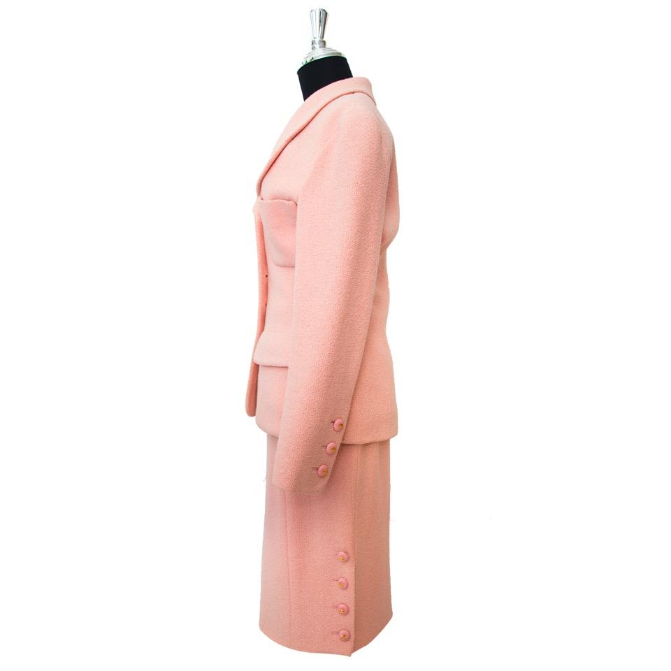 Chanel Pink Bouclé Tailleur Set aankopen aan de beste prijs bij Labellov