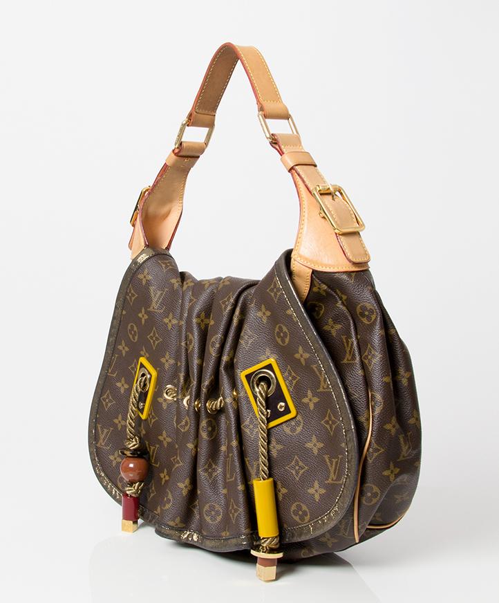 8dda15cadfede ... Authentieke tweedehands Louis Vuitton Kalahari limited edition  schoudertas monogram canvas goud stofzak origineel goede prijs designer
