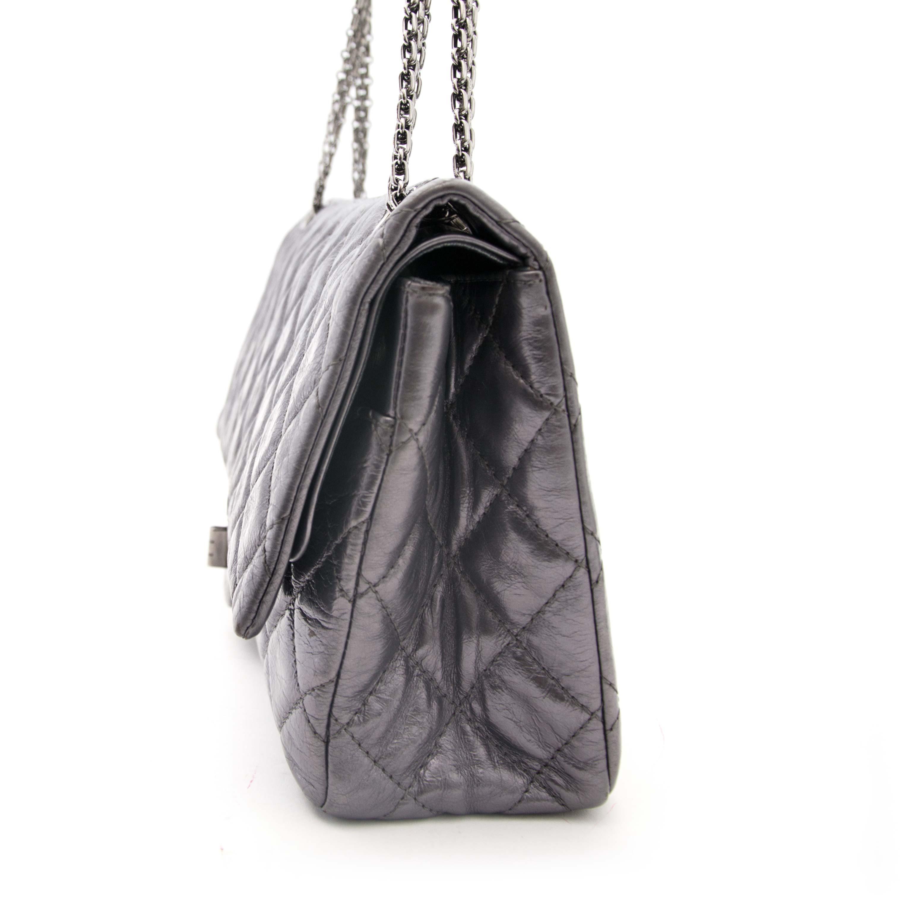 koop online aan de beste prijs Chanel Metallic Silver Reissue