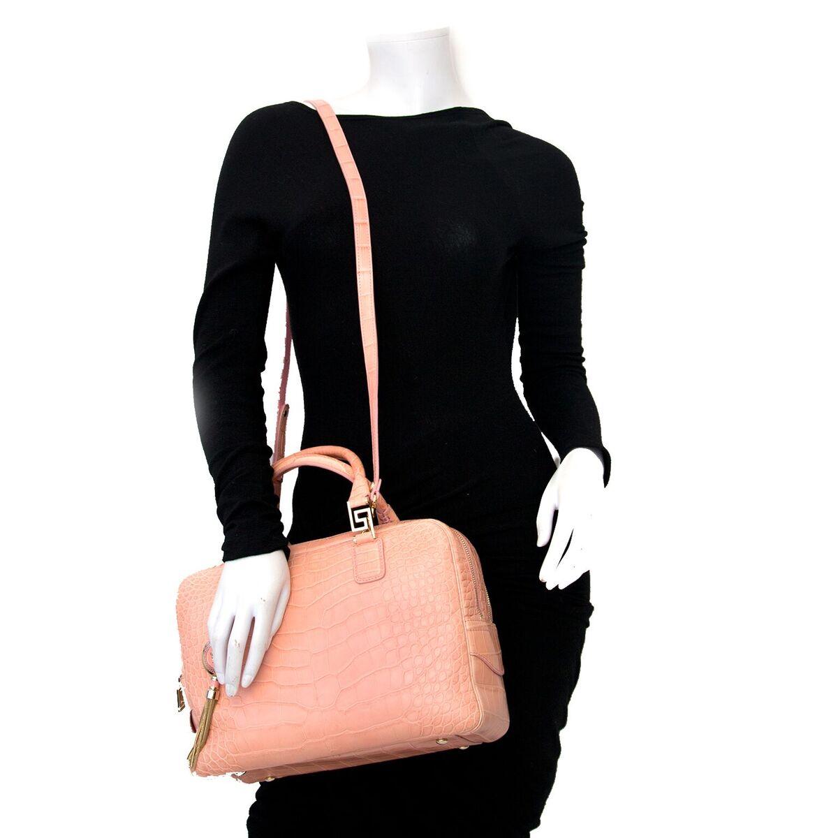 Koop authentieke tweedehands Versace handtassen in croco roze aan een eerlijke prijs bij LabelLOV. Veilig online shoppen.