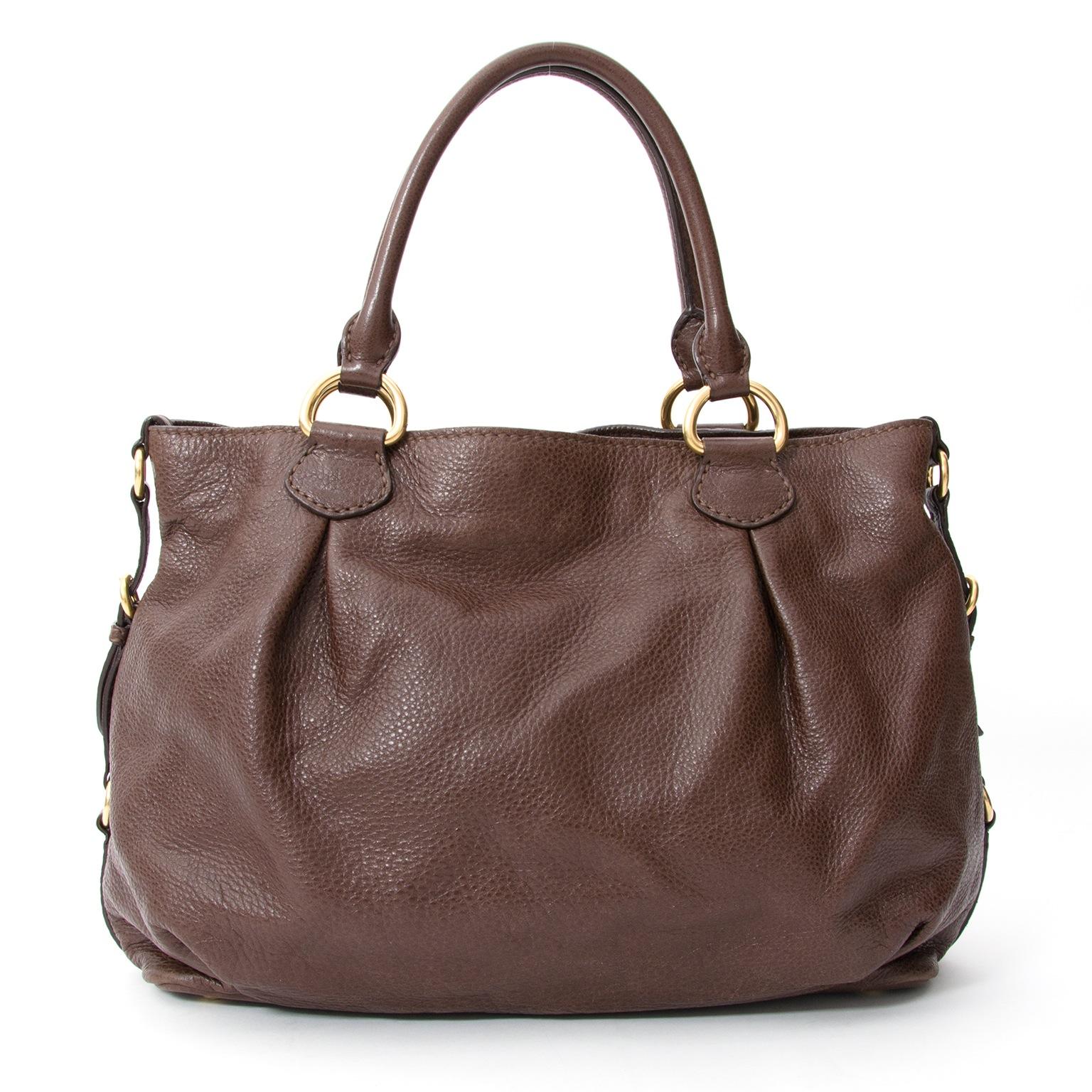 ... or new luxury handbags, visit Miu Miu Bruine Leren Shoudertas, Labellov  biedt een ruime selectie aan nieuwe en tweedehands luxe a10986ad80