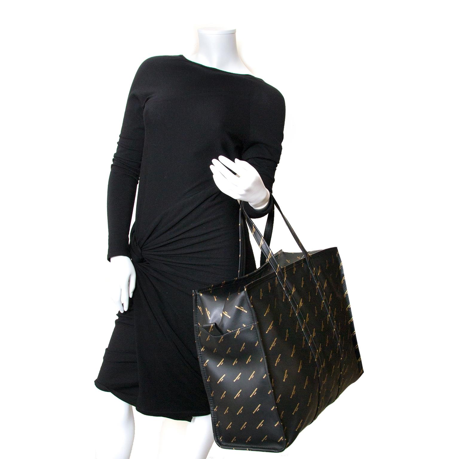 Bent u op zoek naar een authentieke Balenciaga Large Black Gold Logo Bazar Shopper  an de beste prijs? Koop en verkoop.