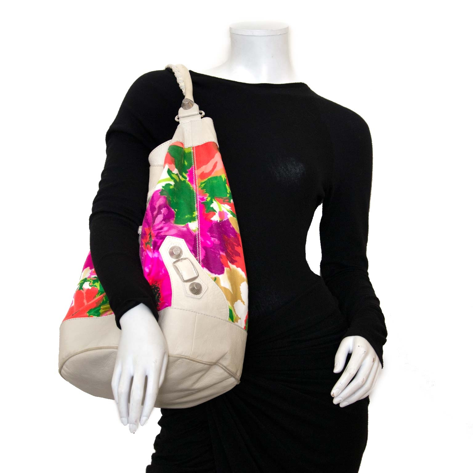 Koop authentieke tweedehands Balenciaga city bucket tassen bij labellov vintage mode webshop