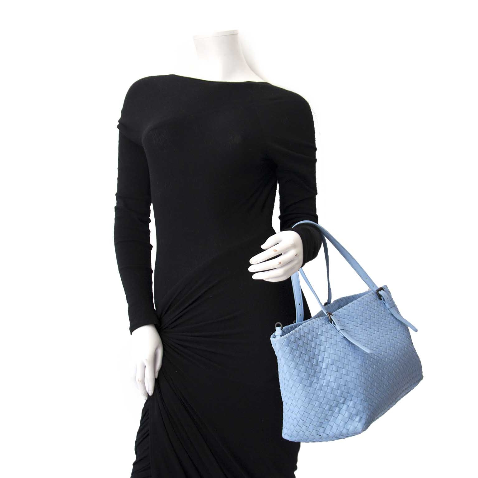 Bottega Veneta Light Blue Shopper  cesta Buy authentic designer Bottega Veneta secondhand bags at Labellov at the best price. Safe and secure shopping. Koop tweedehands authentieke Bottega Veneta tassen bij designer webwinkel labellov.