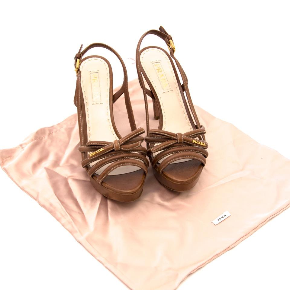 Wij kopen en verkopen uw designer schoenen aan de beste prijs bij Labellov