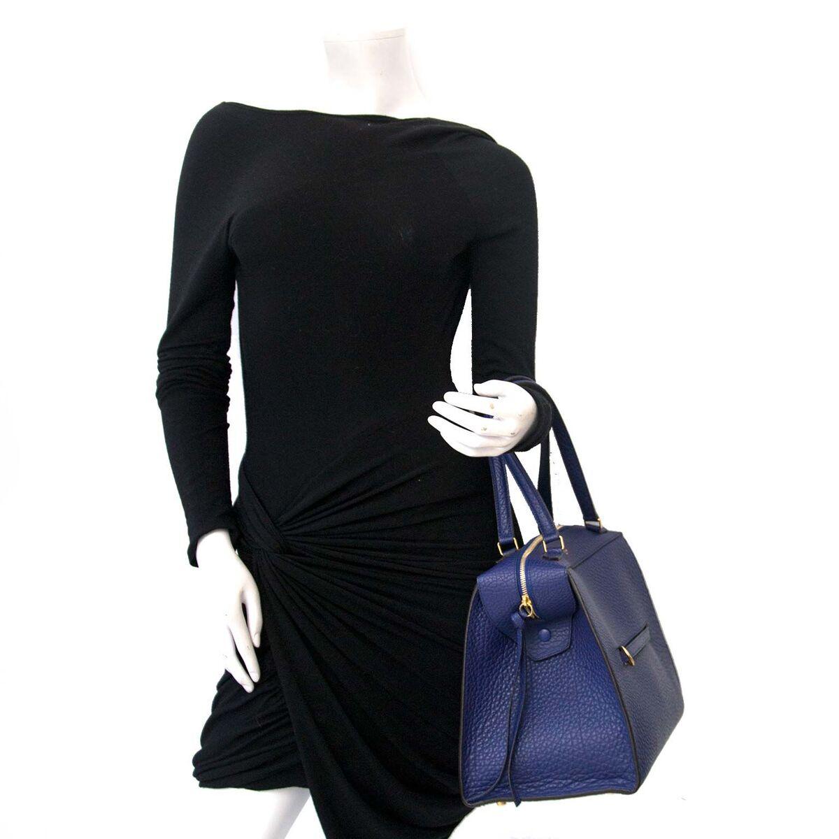 Koop authentieke tweedehands Céline Indigo Medium Ring Bag Calfskin aan een eerlijke prijs bij LabelLOV. Veilig online shoppen.