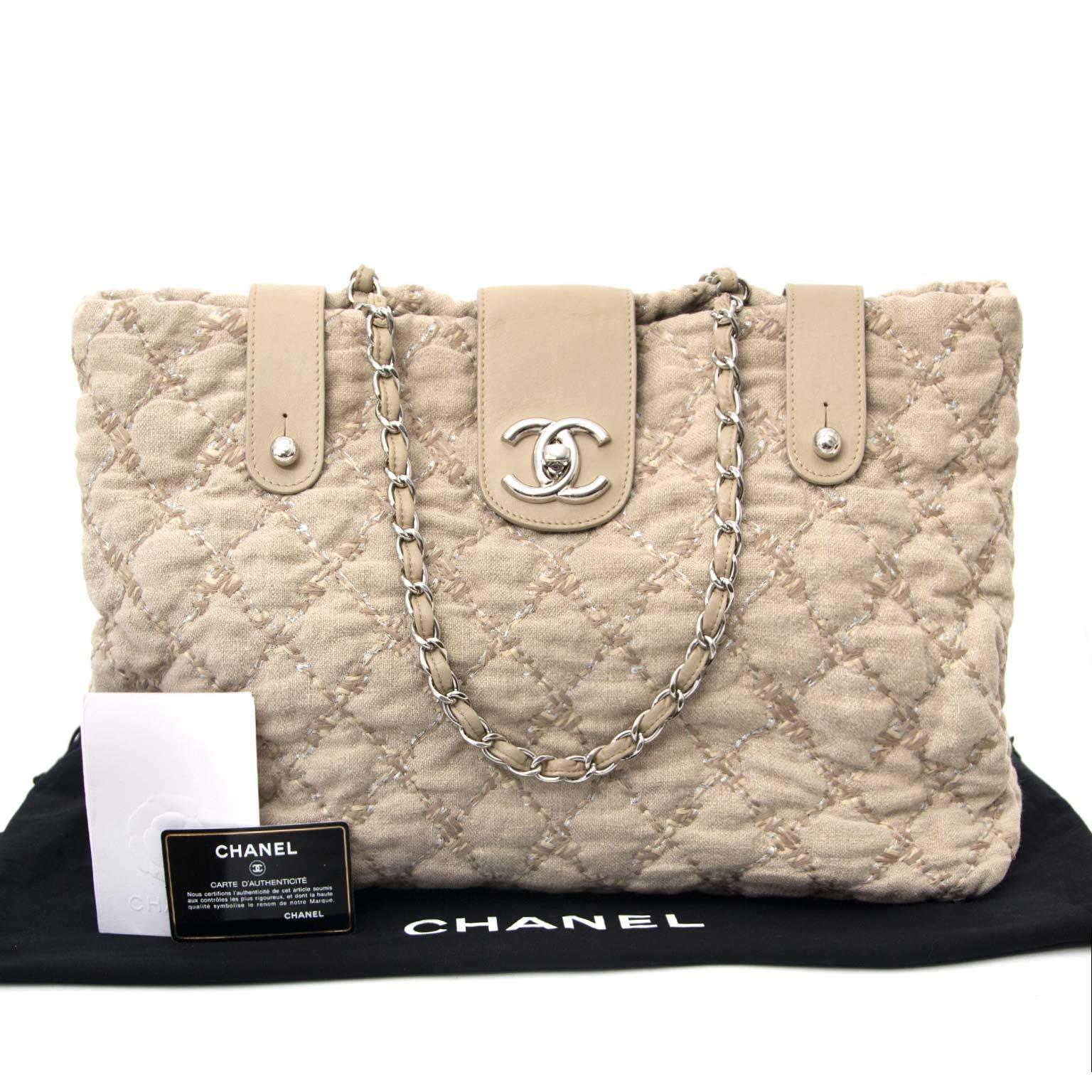 Achetez en ligne Chanel Beige Quilted Tweed Shopping Tote à un bon prix chez Labellov à Anvers