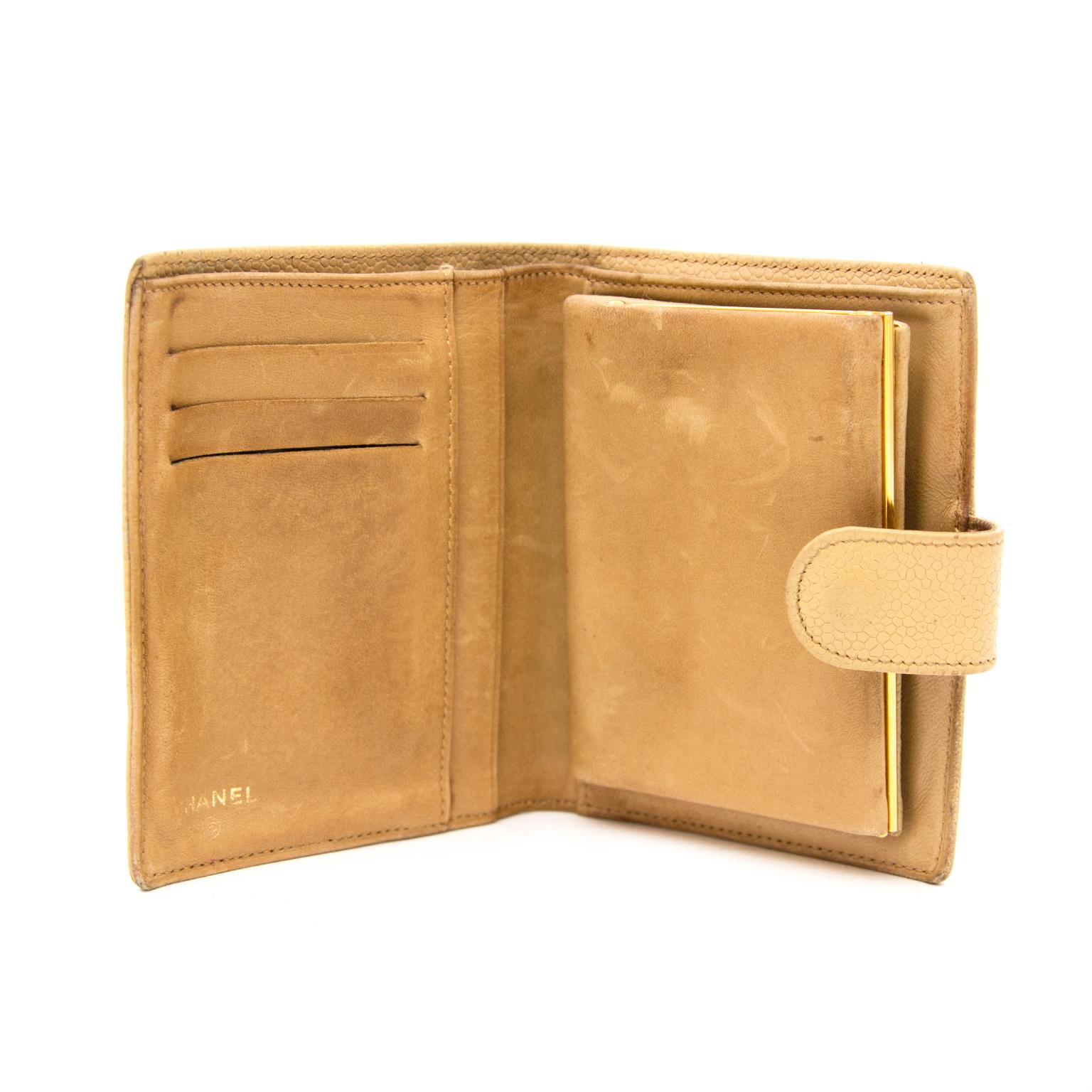 Bent u opzoek naar een Beige Chanel Lederen Portemonne? Koop online bij Labellov.com