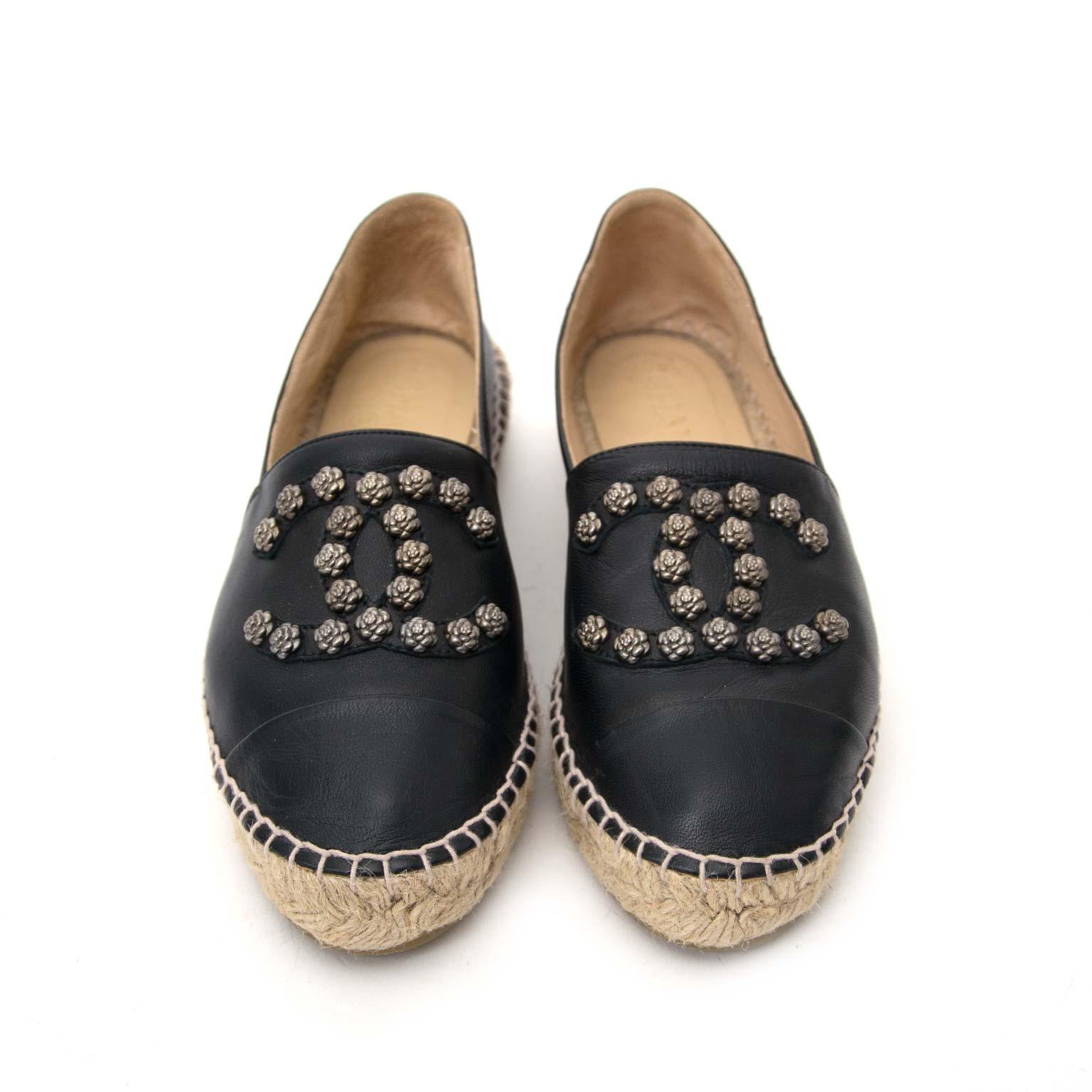 koop veilig Chanel Black Lambskin Leather Camellia CC Stud Espadrilles aan goede prijs bij Labellov, vintage webwinkel