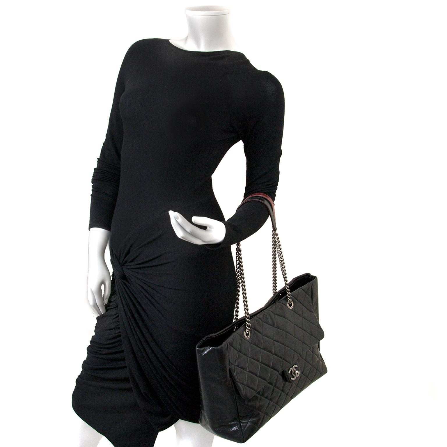 6be5dedafd001f ... Labellov tweedehands luxe in Antwerpen Chanel Glazed Calfskin Shopper  Flap Tote as worn by a model