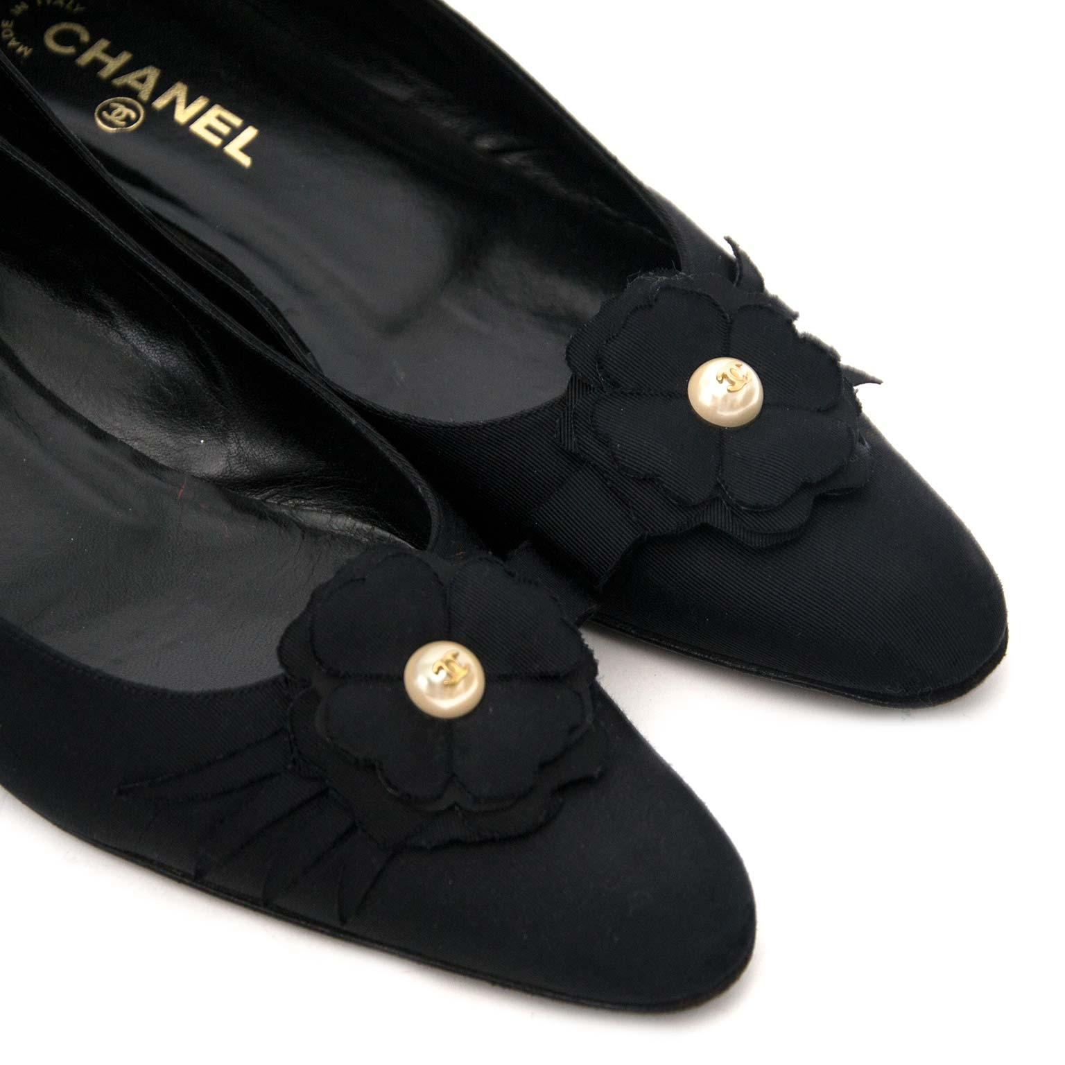 Bent u op zoek naar een authentieke Chanel Black Fabric Pearl Camelia Ballerina Flats?