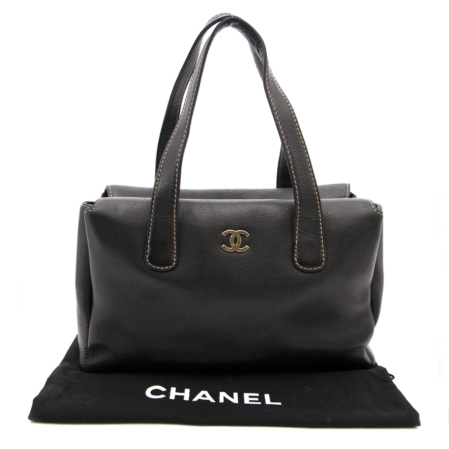 Zwarte Lederen Chanel Handtas nu online op labellov.com tegen de beste prijs.