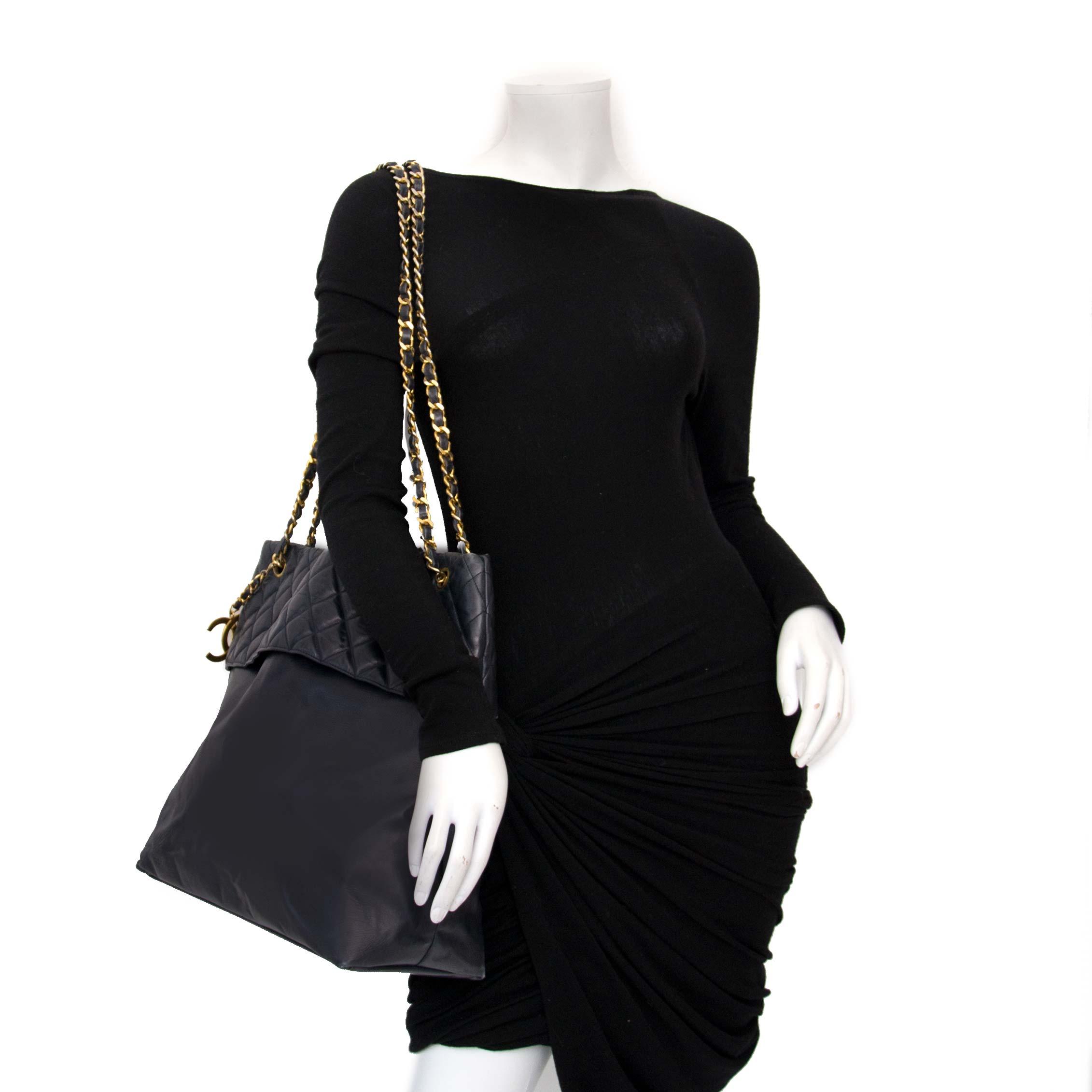 Koop uw authentieke vintage shopper van Chanel Paris bij Labellov