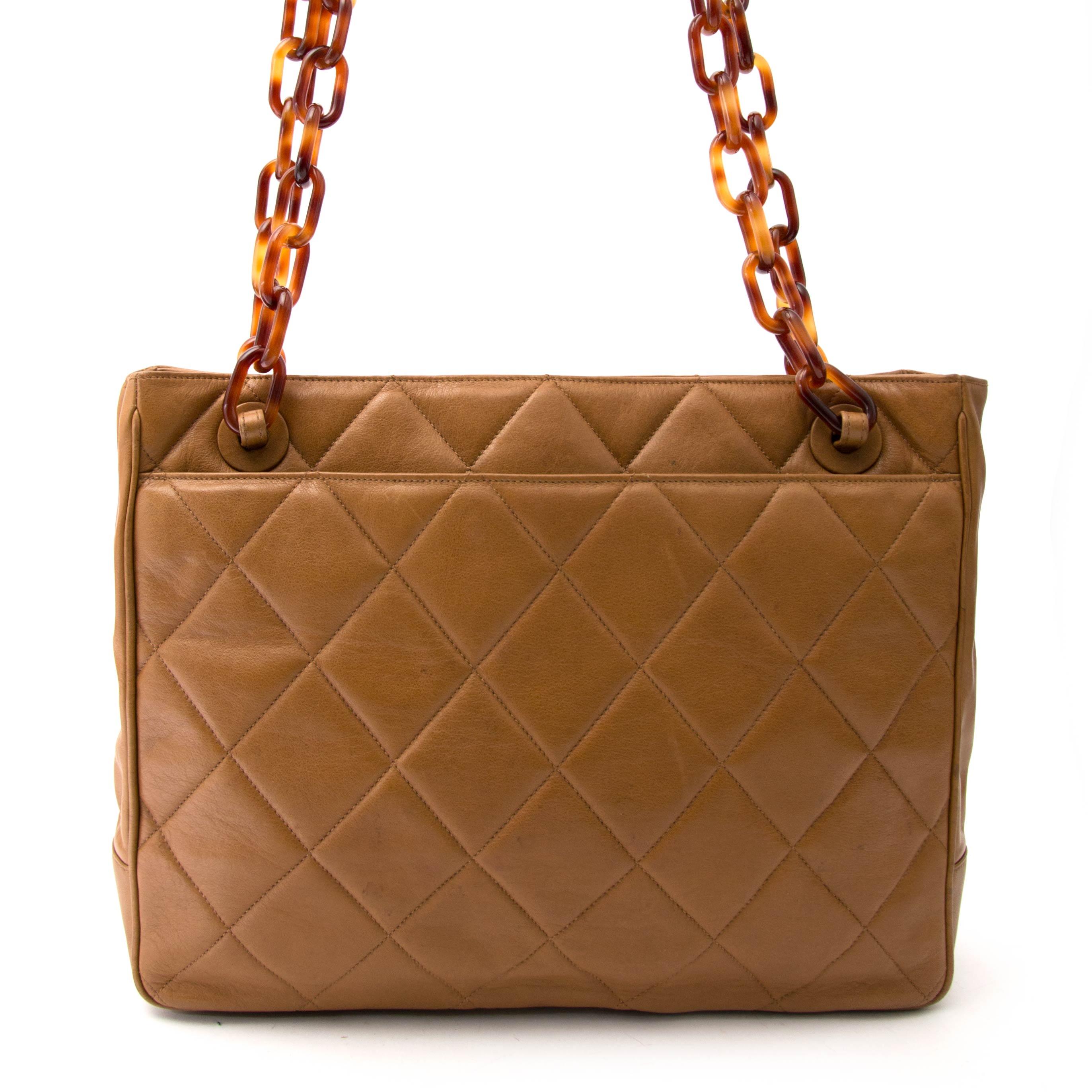 ... koop veilig online aan de beste prijs jouw tweedehands Chanel Biscuit  Shopping Tote 39e2092e1fd4