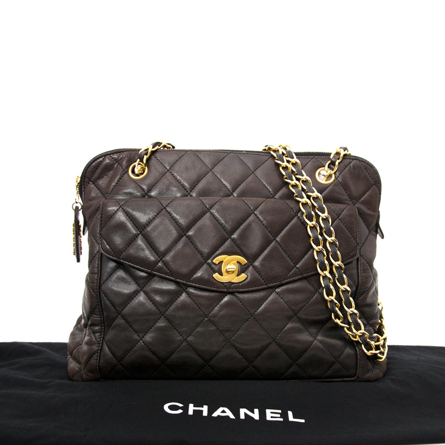 Heute können Sie diese Chanel Braune Wattierte Schulterhandtasche Aus Leder online auf Labellov.com ankaufen.