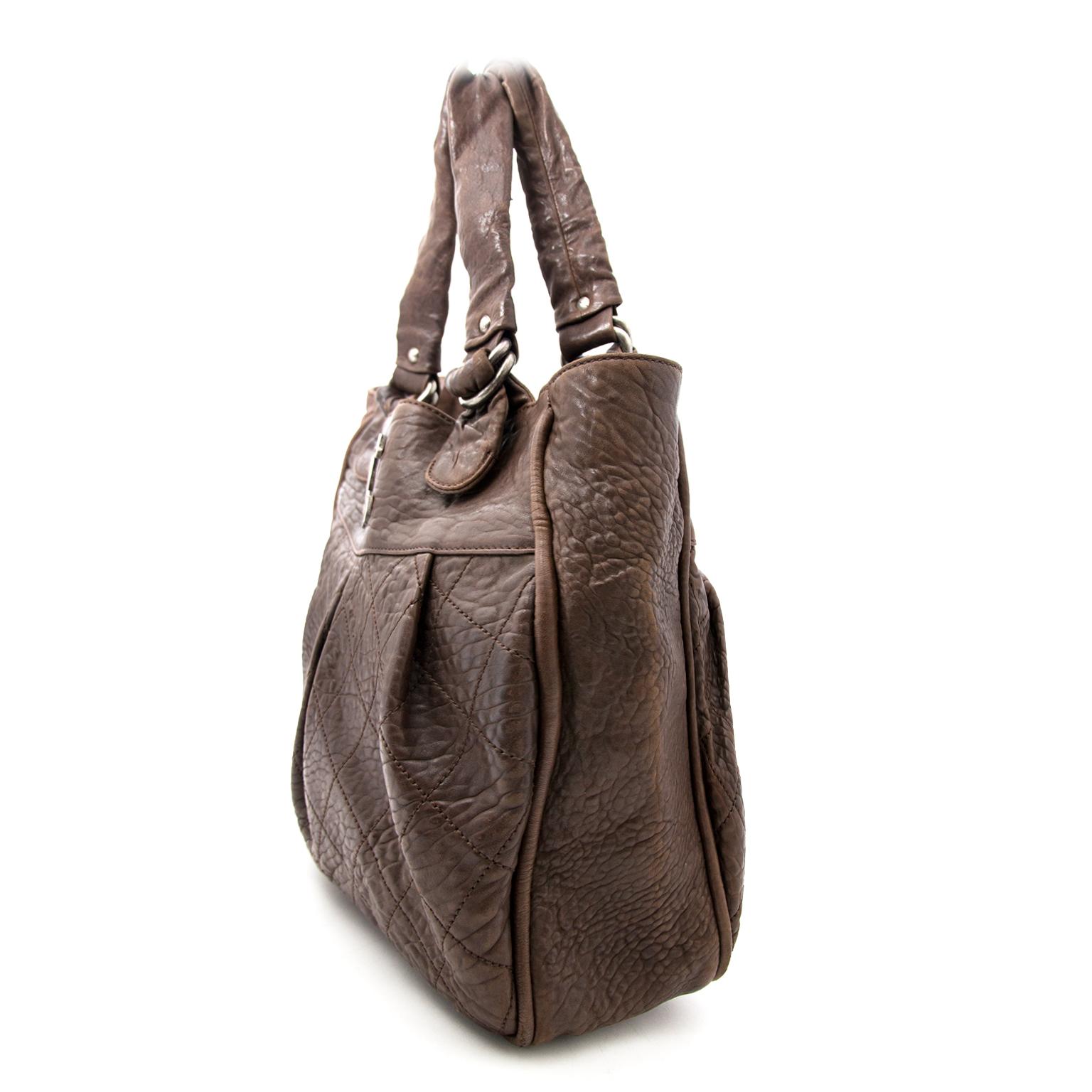 Chanel Grote Bruine Lederen Shopper nu online op labellov.com tegen de beste prijs.